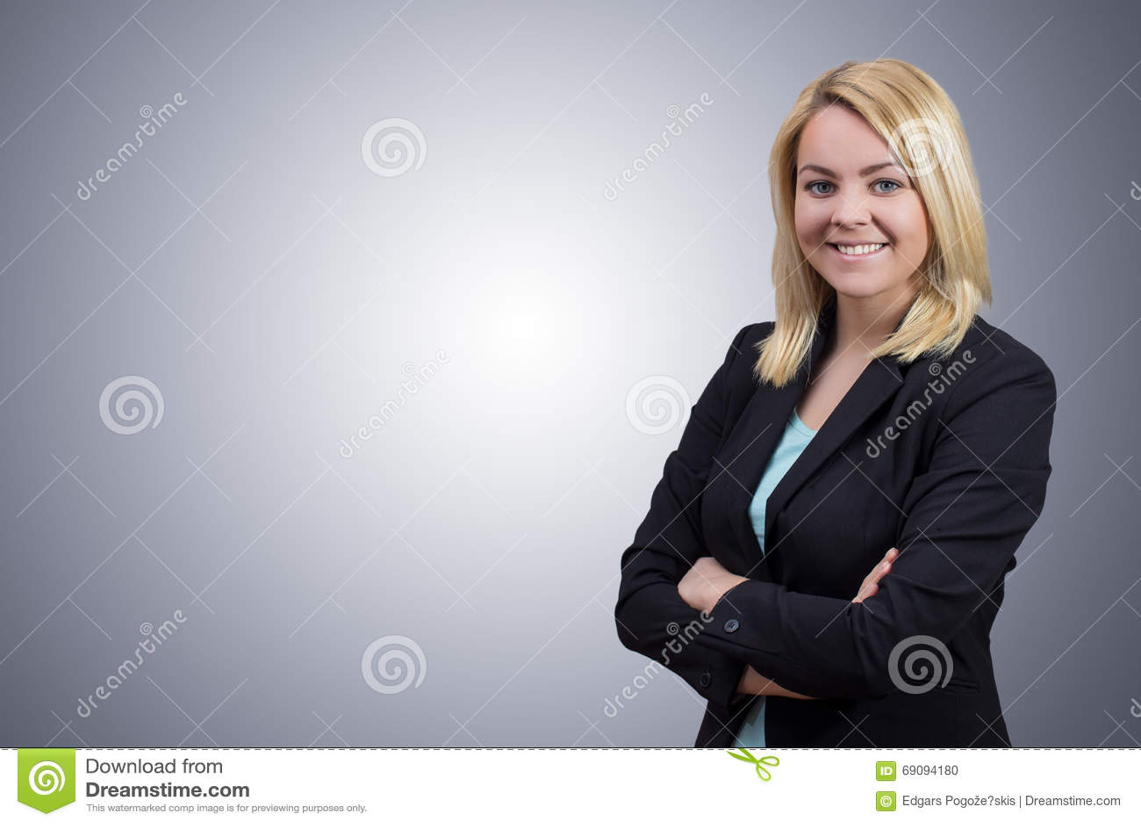 Бизнес-леди с пересеченными руками на чистой серой предпосылке