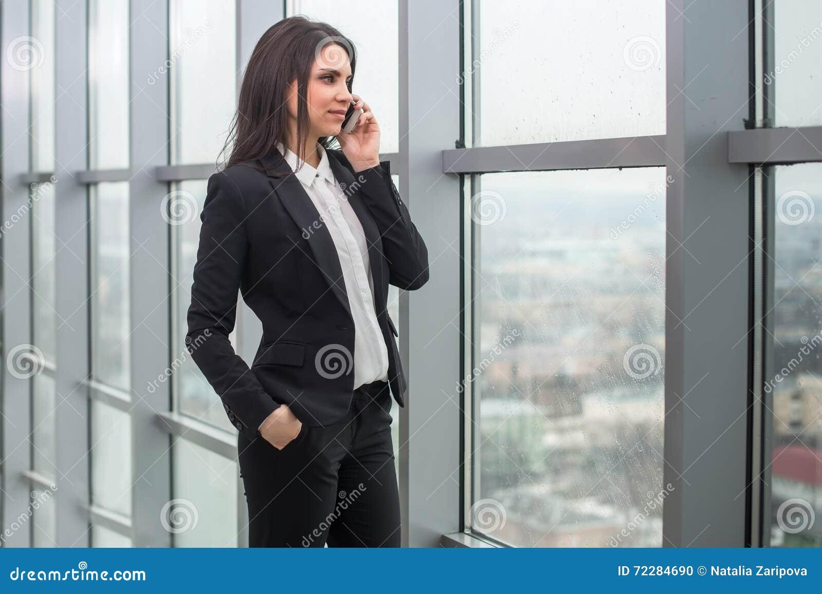 Download Бизнес-леди с тетрадью в офисе, рабочем месте Стоковое Фото - изображение насчитывающей антрепренер, занятие: 72284690
