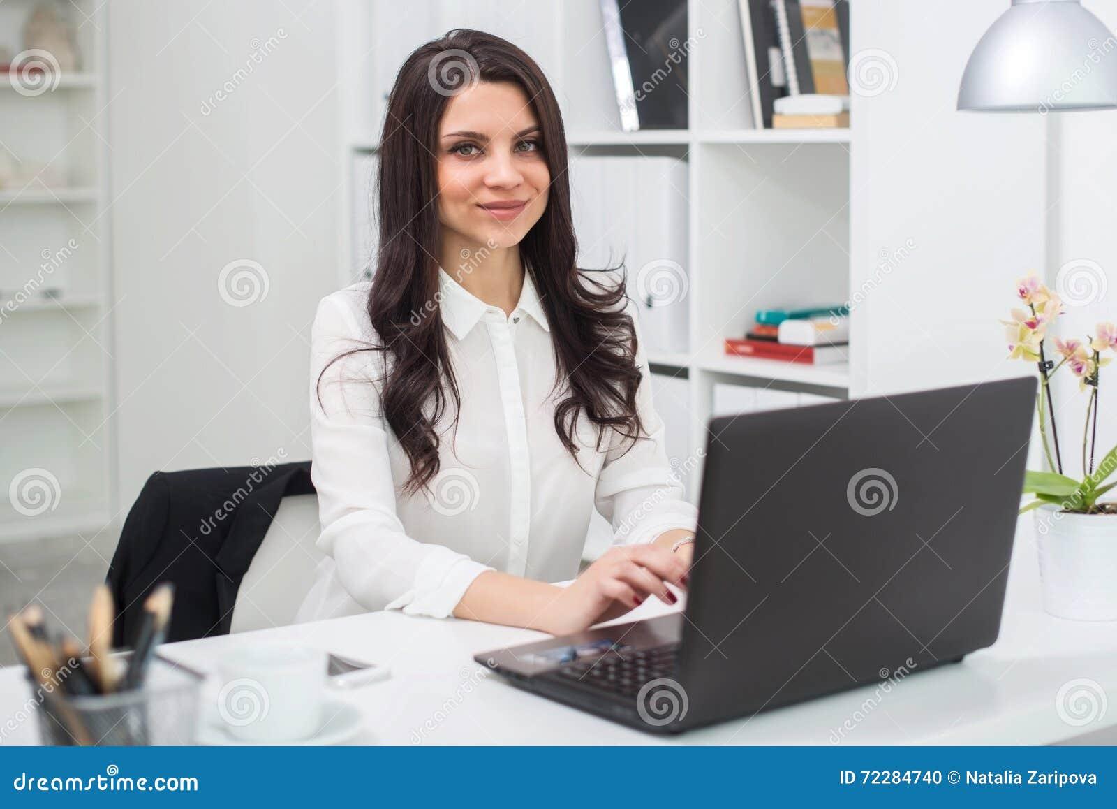Download Бизнес-леди с тетрадью в офисе, рабочем месте Стоковое Фото - изображение насчитывающей компания, многодельно: 72284740