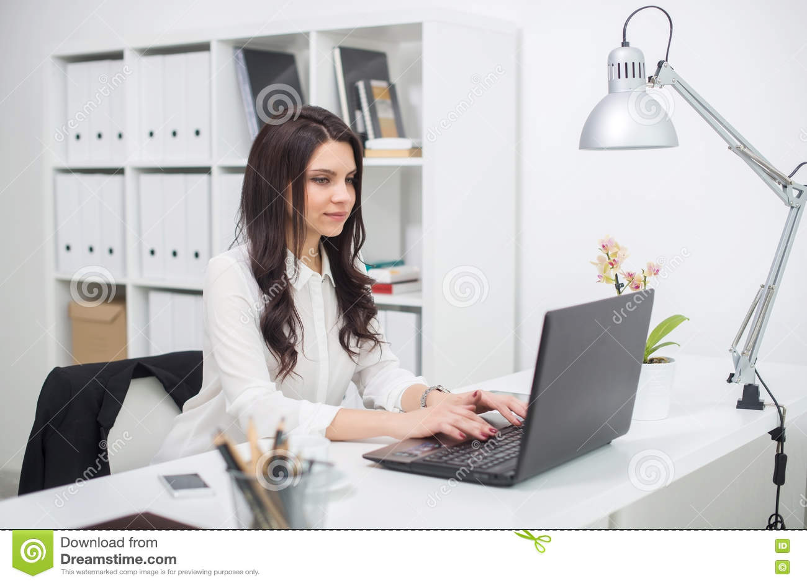 Download Бизнес-леди с тетрадью в офисе, рабочем месте Стоковое Изображение - изображение насчитывающей многодельно, работа: 72284773