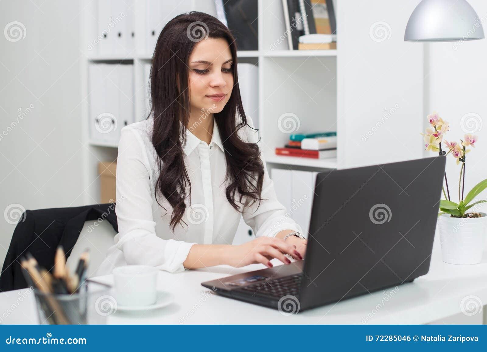 Download Бизнес-леди с тетрадью в офисе, рабочем месте Стоковое Фото - изображение насчитывающей lifestyle, компания: 72285046