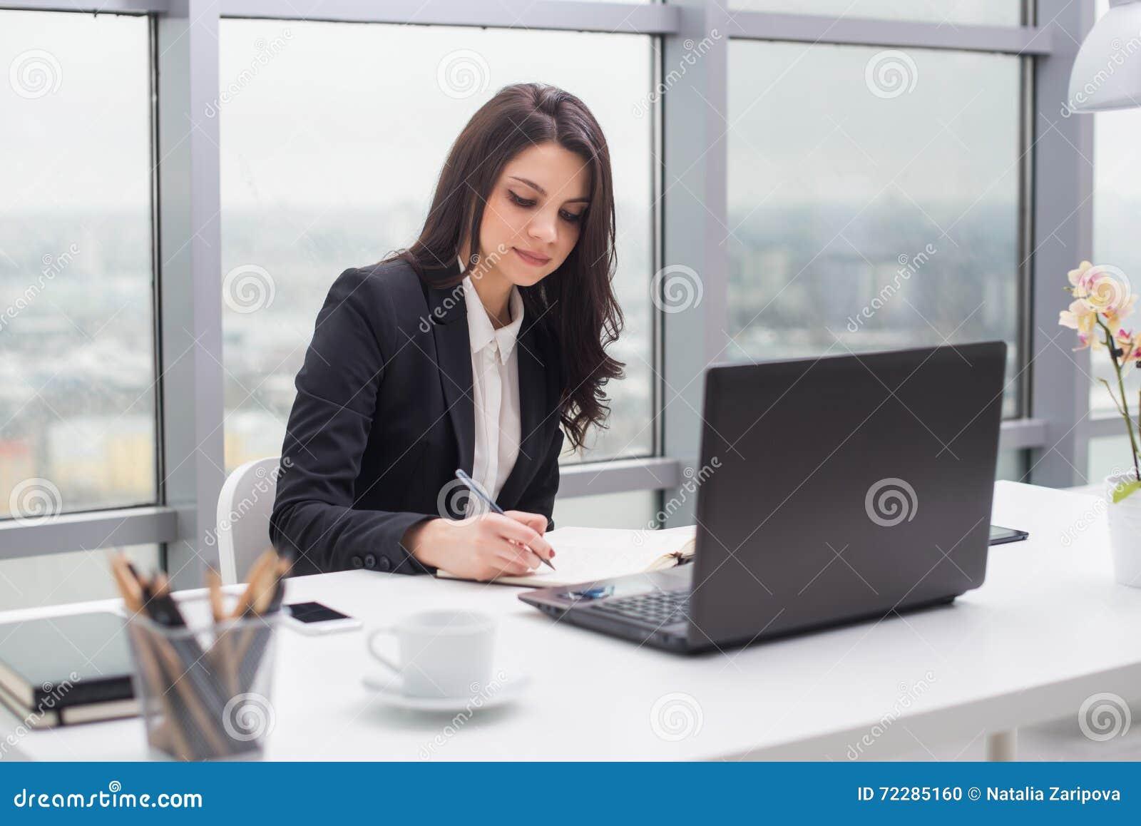 Download Бизнес-леди с тетрадью в офисе, рабочем месте Стоковое Фото - изображение насчитывающей стол, компьтер: 72285160