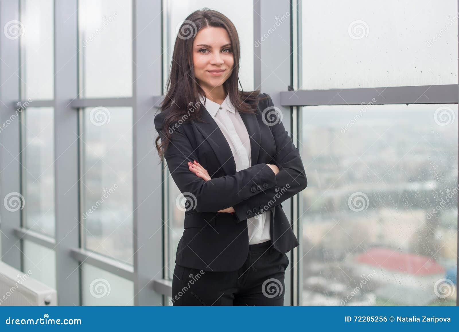 Download Бизнес-леди с тетрадью в офисе, рабочем месте Стоковое Фото - изображение насчитывающей мило, антрепренер: 72285256