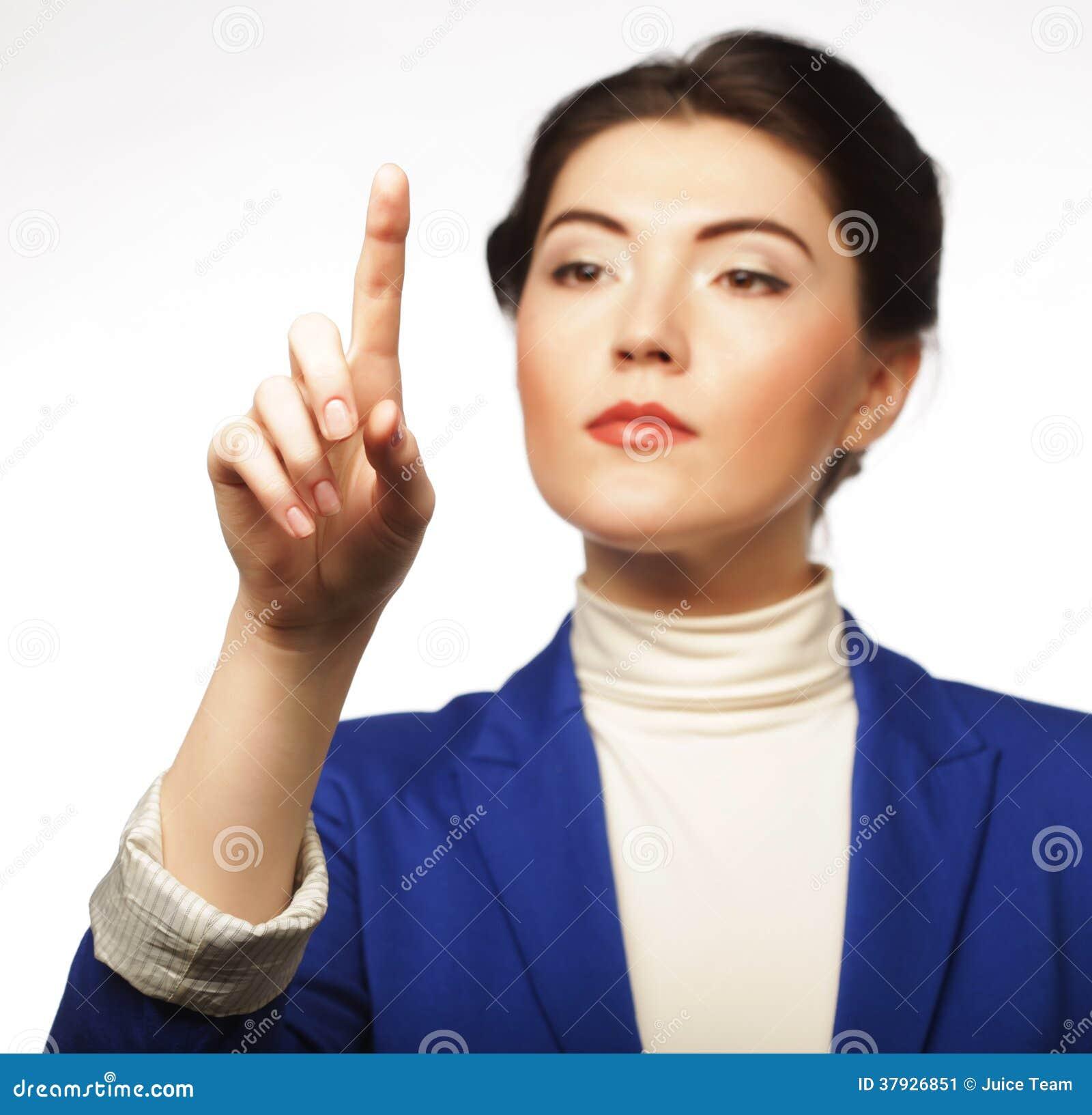 Бизнес-леди указывая ее кнопка пальца виртуальная