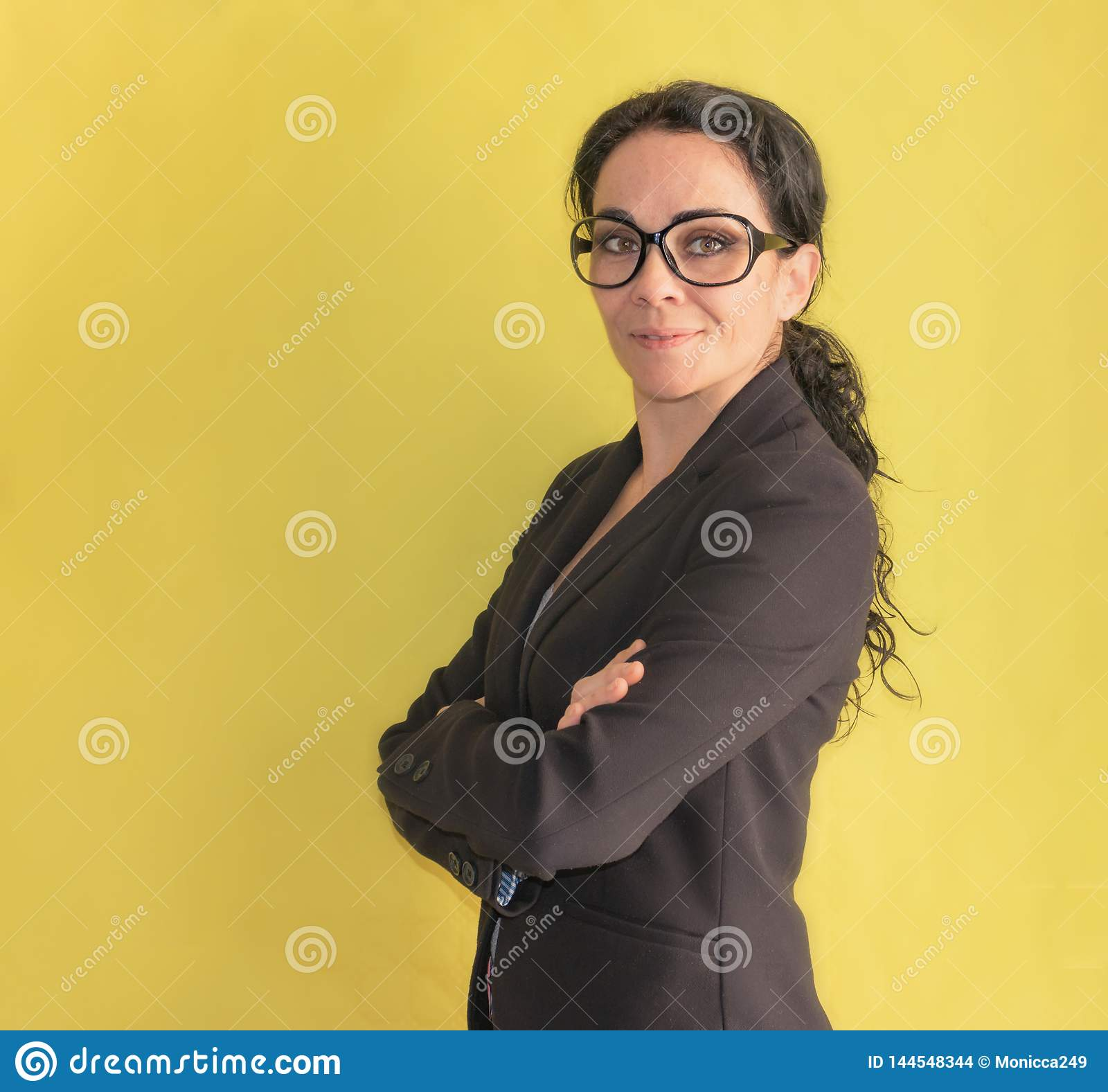 Бизнес-леди брюнета со стеклами усмехаясь на камере