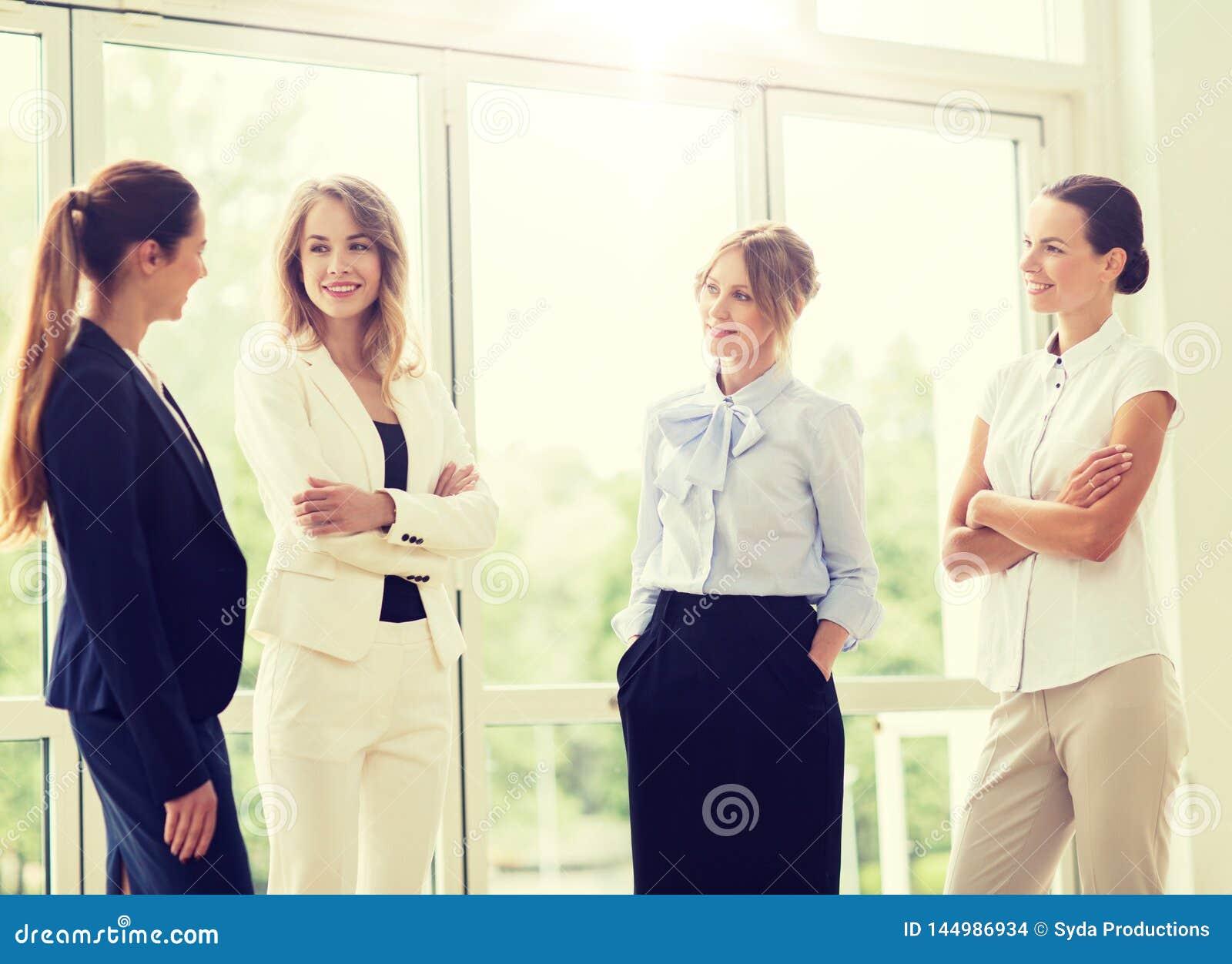 Бизнес-леди встречая на офисе и говорить