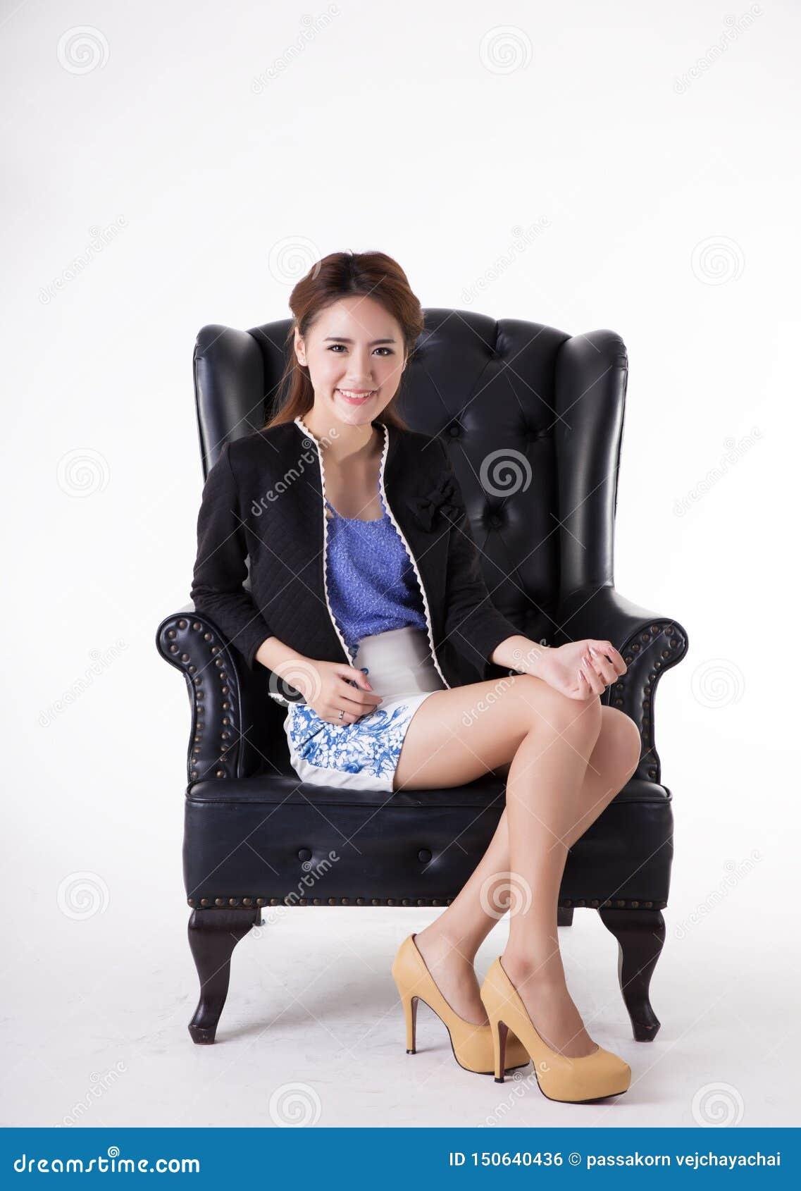 Бизнес-леди ослабляя в стуле