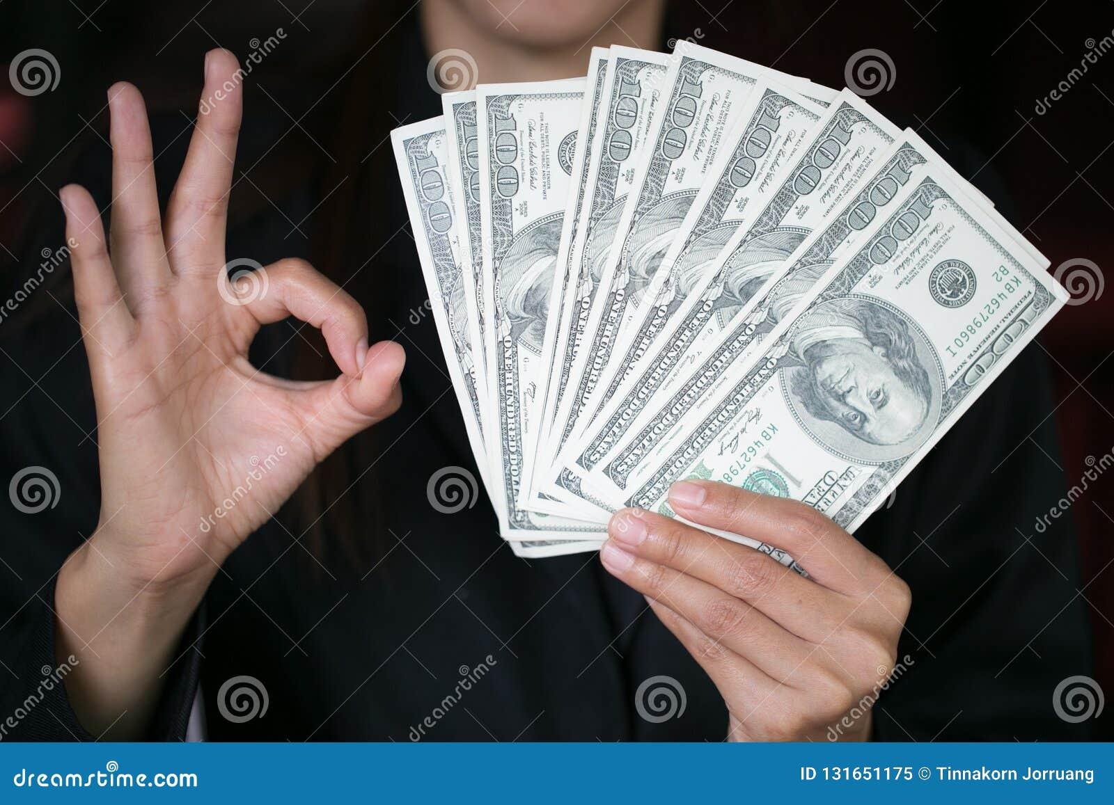 Бизнес-леди показывая распространение кассовых излишков, денег траты или выгоды от концепции коммерческих деятельностей