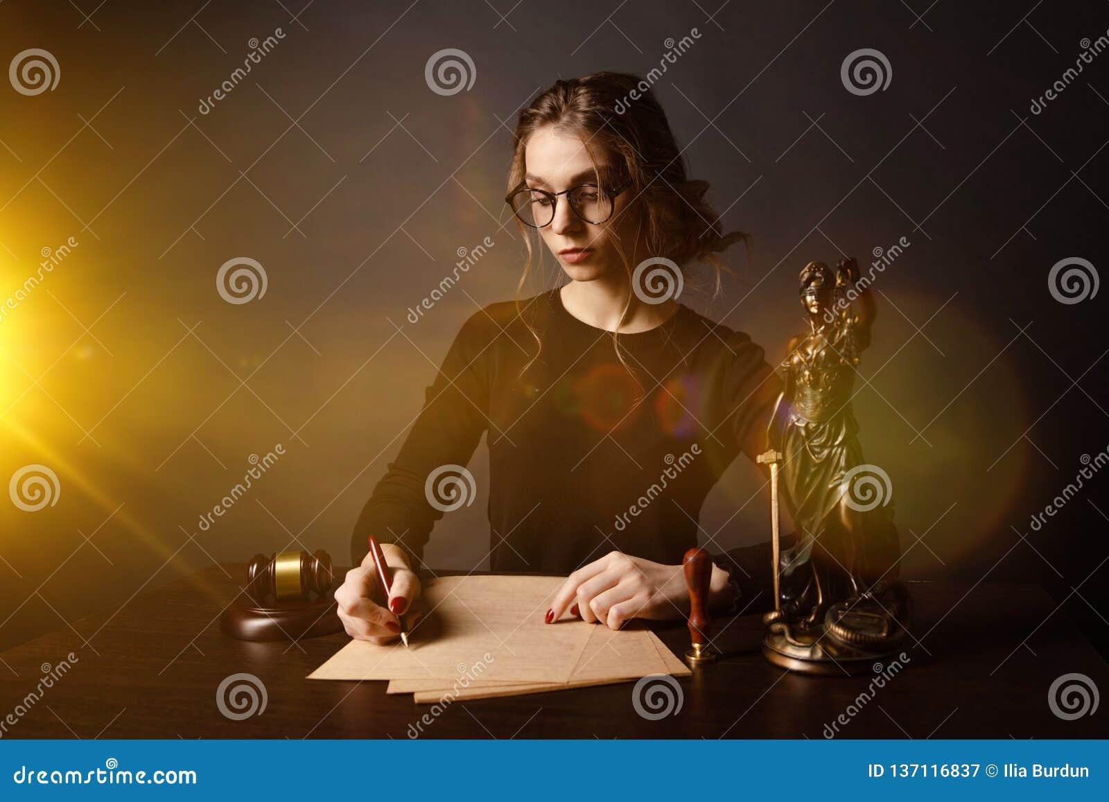 Бизнес-леди юриста работая и знаки нотариуса документы на офисе юрист консультанта, правосудие и закон, юрист