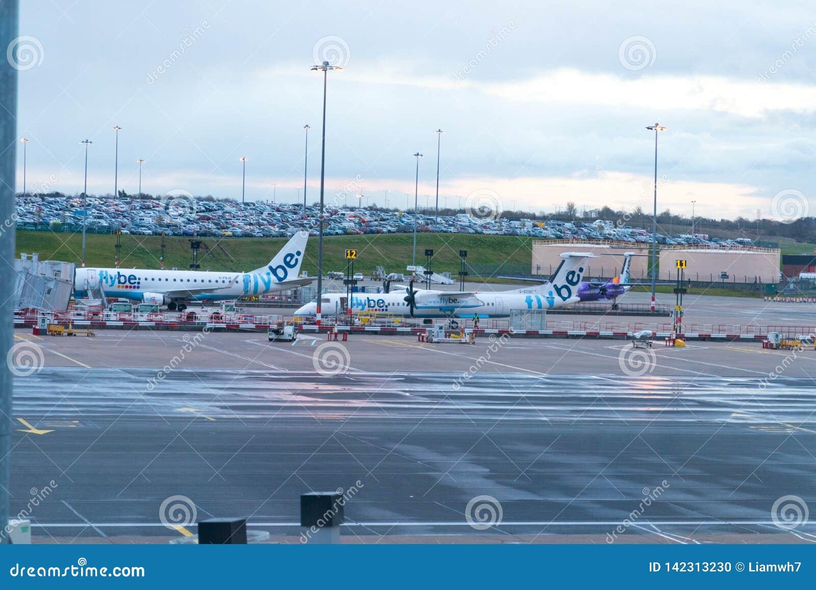 Бирмингем Великобритания - 03 03 19: Самолет ворот гудронированного шоссе аэропорта Бирмингема