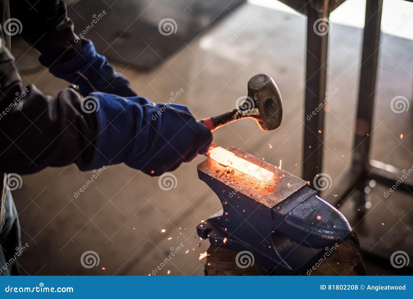 Бить сталь молотком