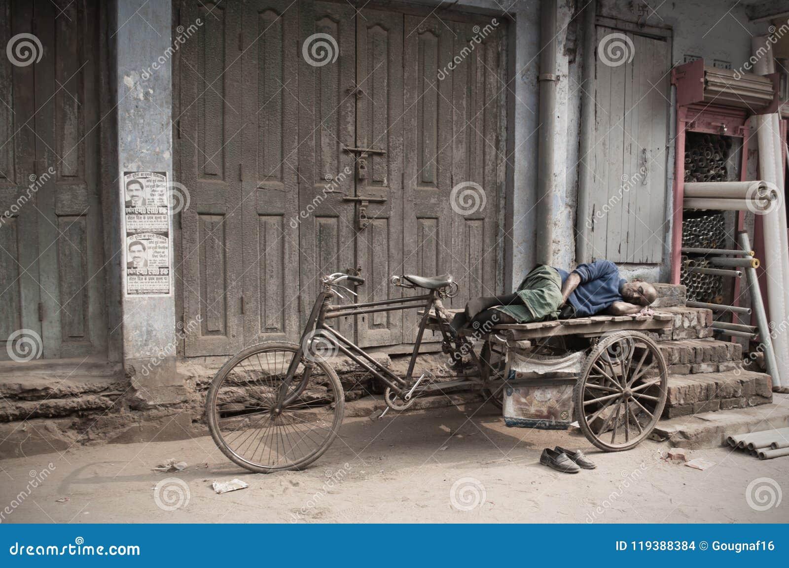 Бихар/Индия - 12 21 2013: Ворсины всадника рикши в улице