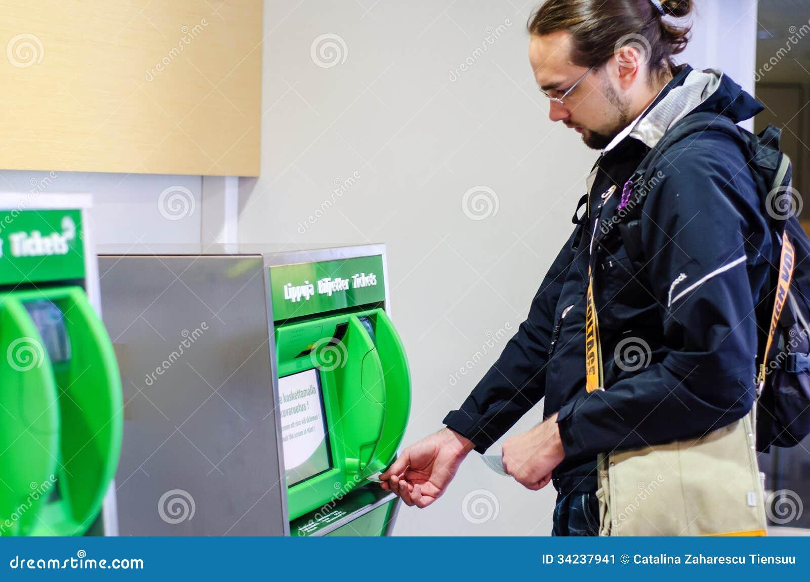 Билет на поезд молодого человека покупая