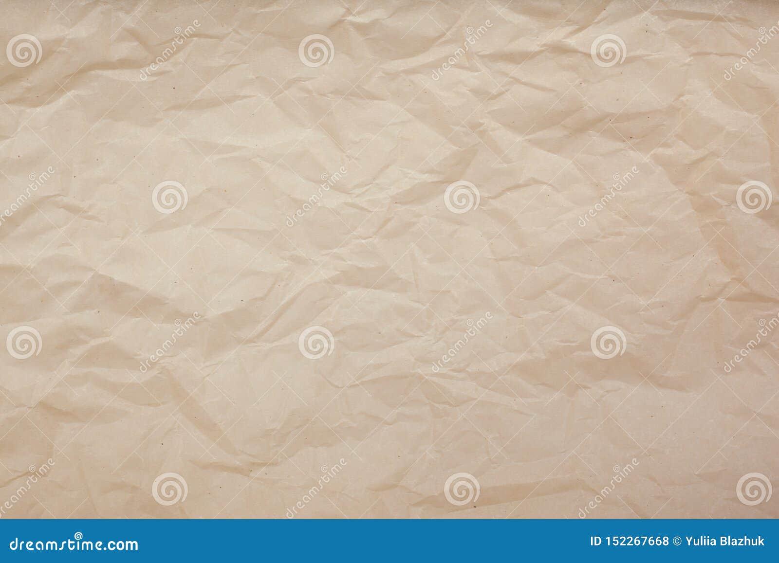 Бледная коричневая скомканная бумажная предпосылка текстуры r