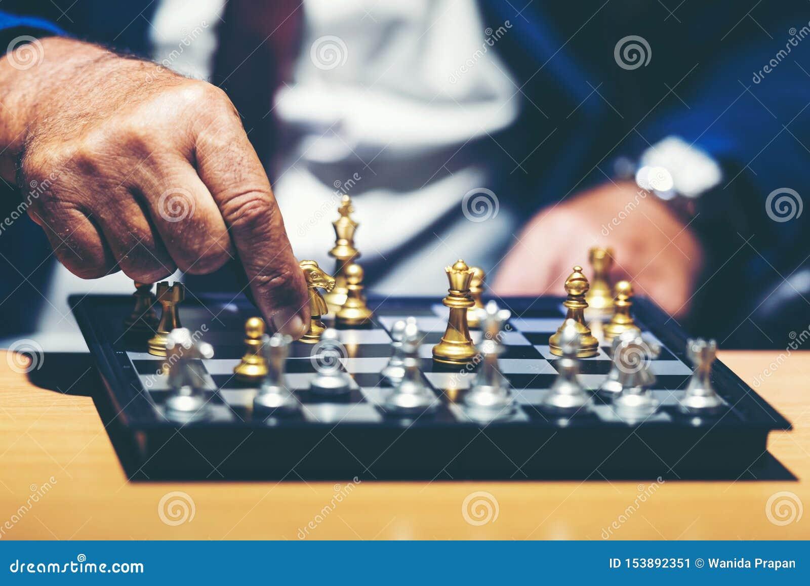 Близкая поднимающая вверх рука диаграммы шахмат бизнесмена двигая в игре успеха конкуренции и мысли для управления и планируя раб