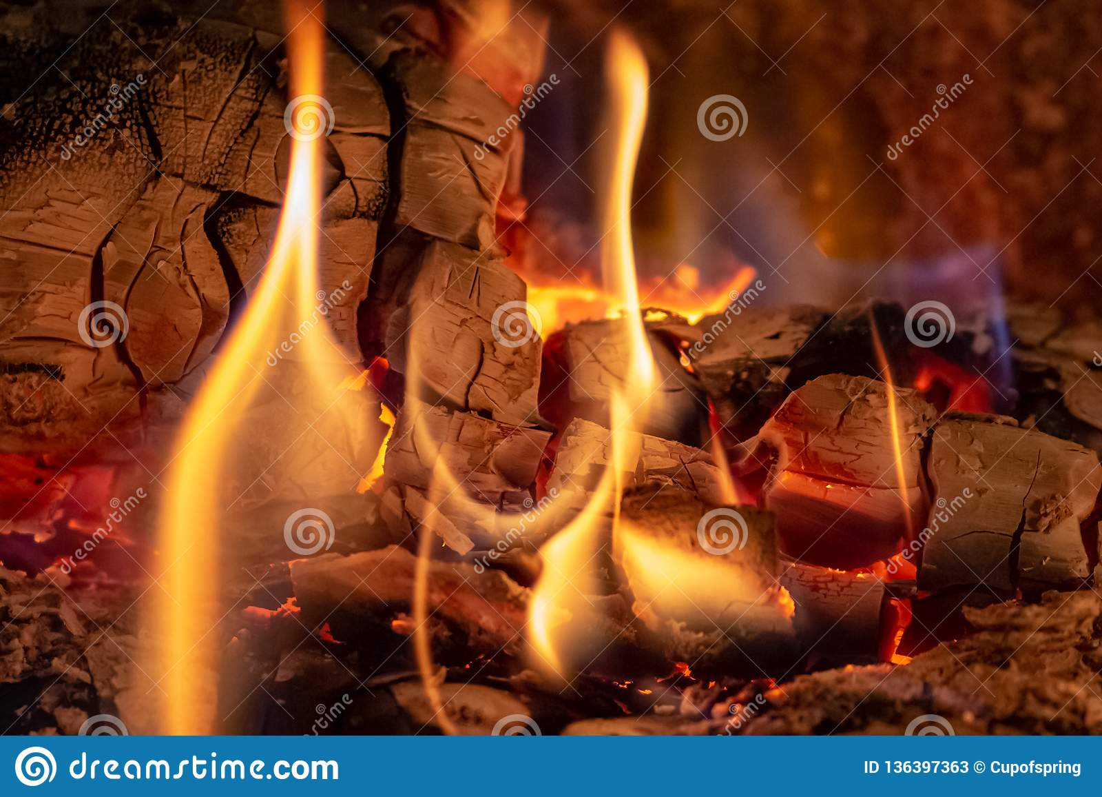Близкая поднимающая вверх съемка горящего швырка в камине на времени рождества