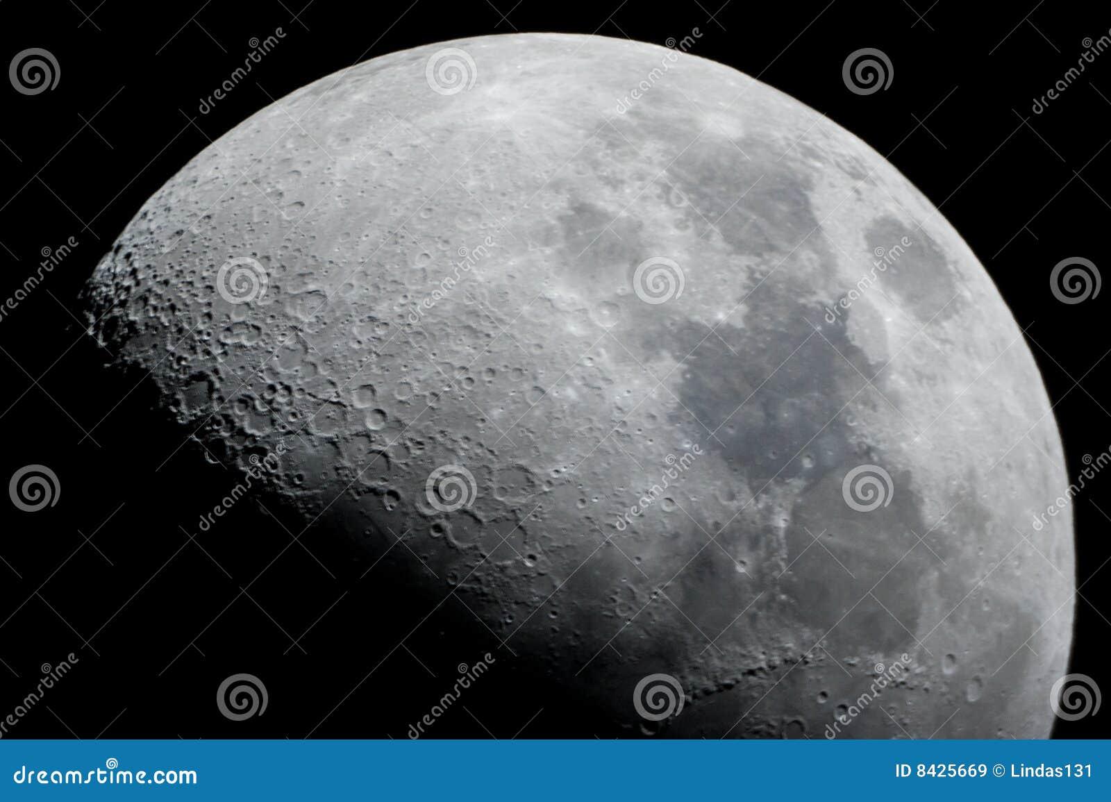 близкая половинная луна вверх