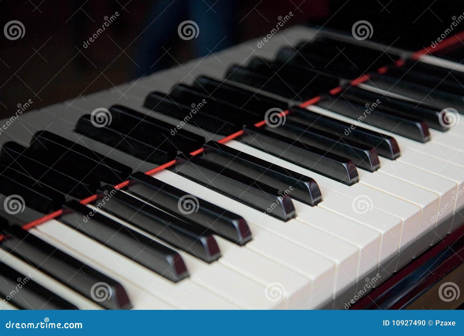 близкий грандиозный рояль клавиатуры вверх