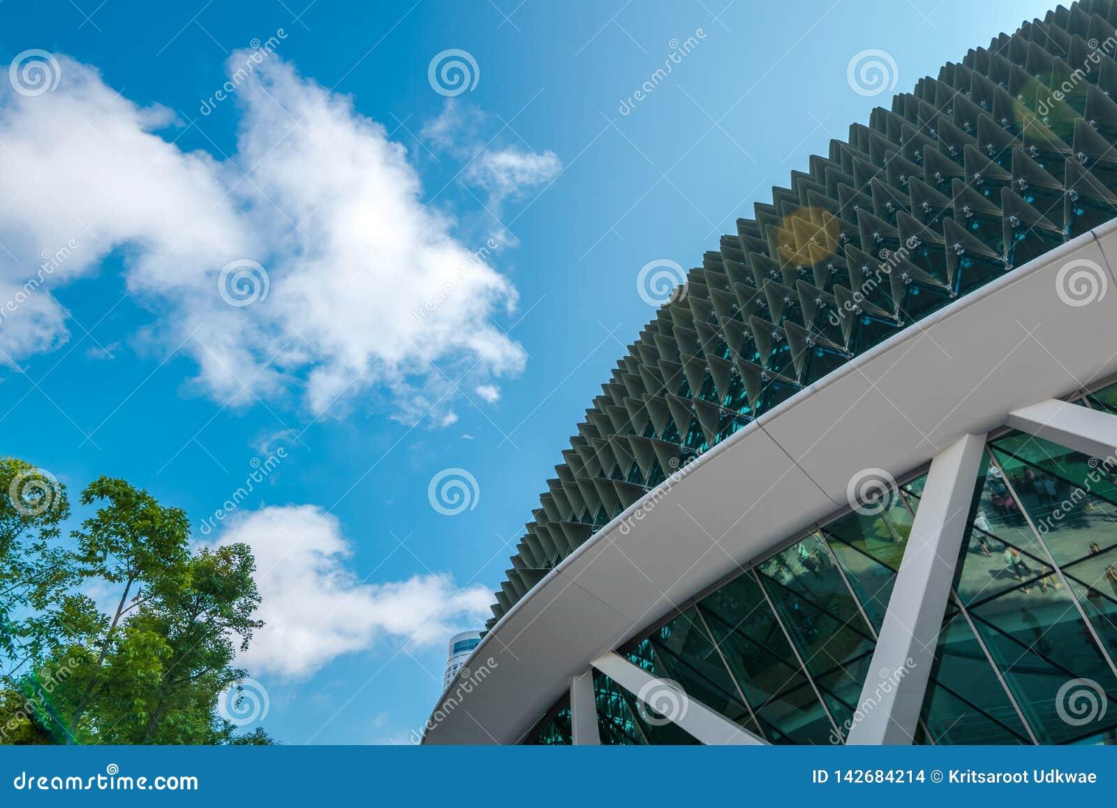 Близкий поднимающий вверх взгляд эспланады здания