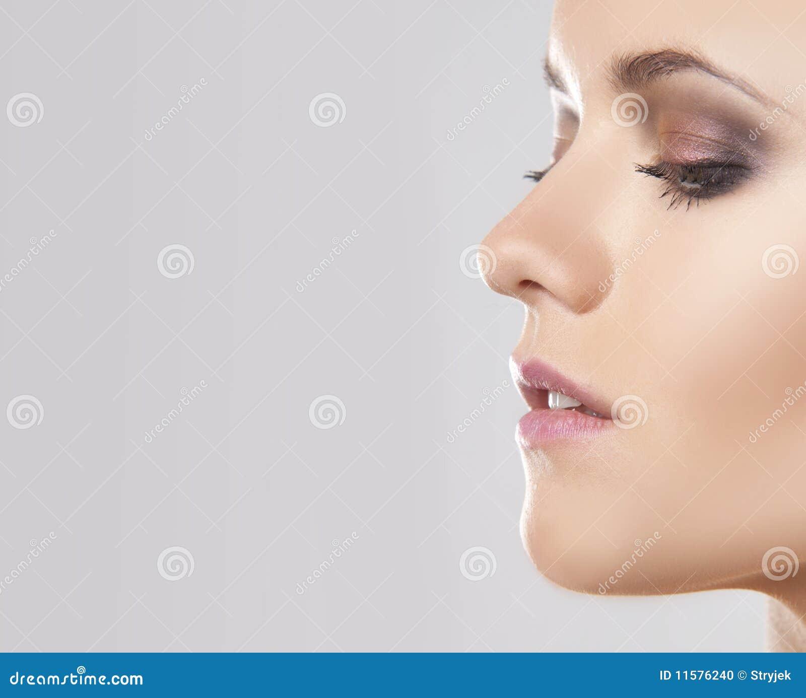 близкий портрет стороны вверх по женщине