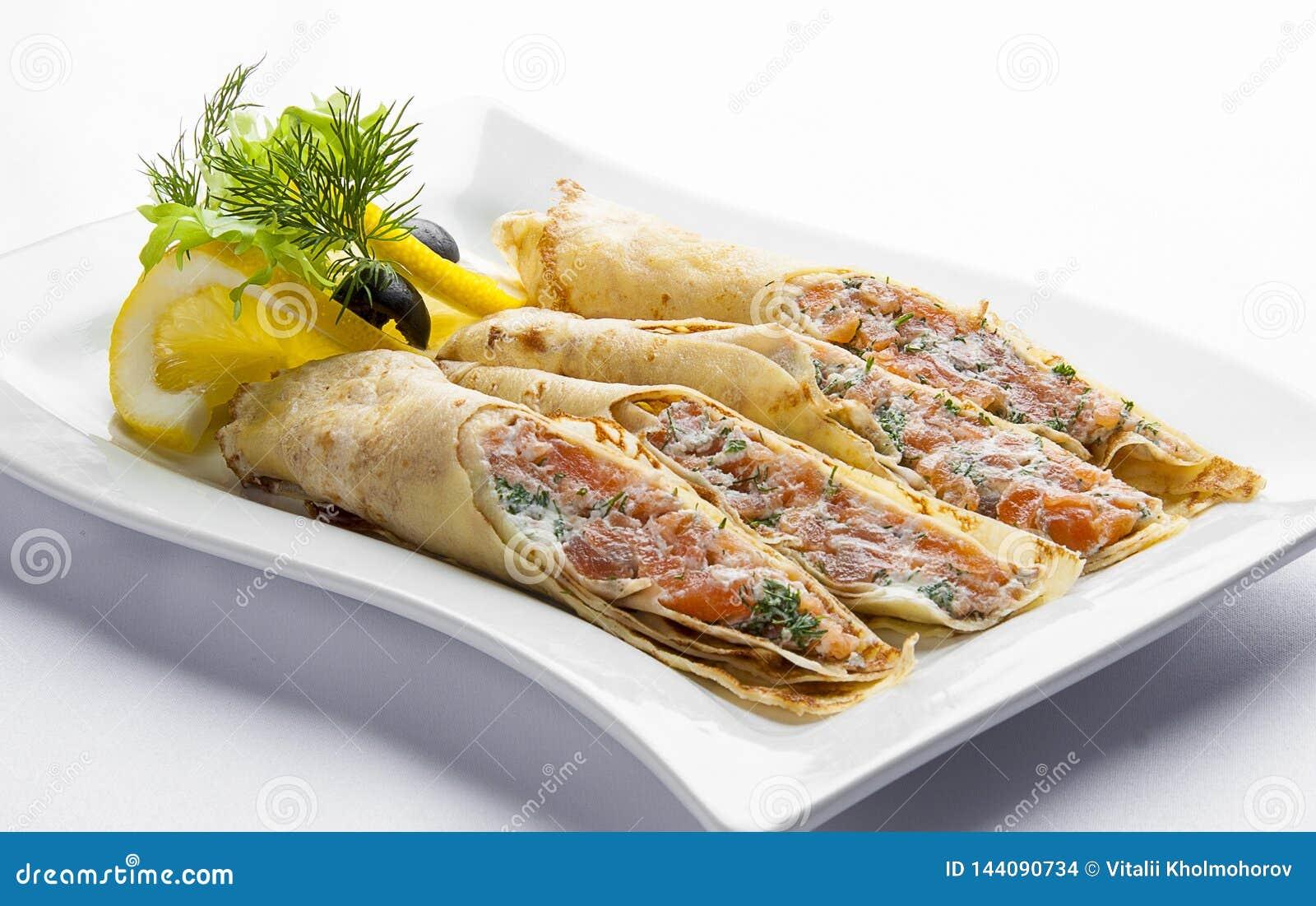Блинчики с семгами и плавленым сыром на белой плите