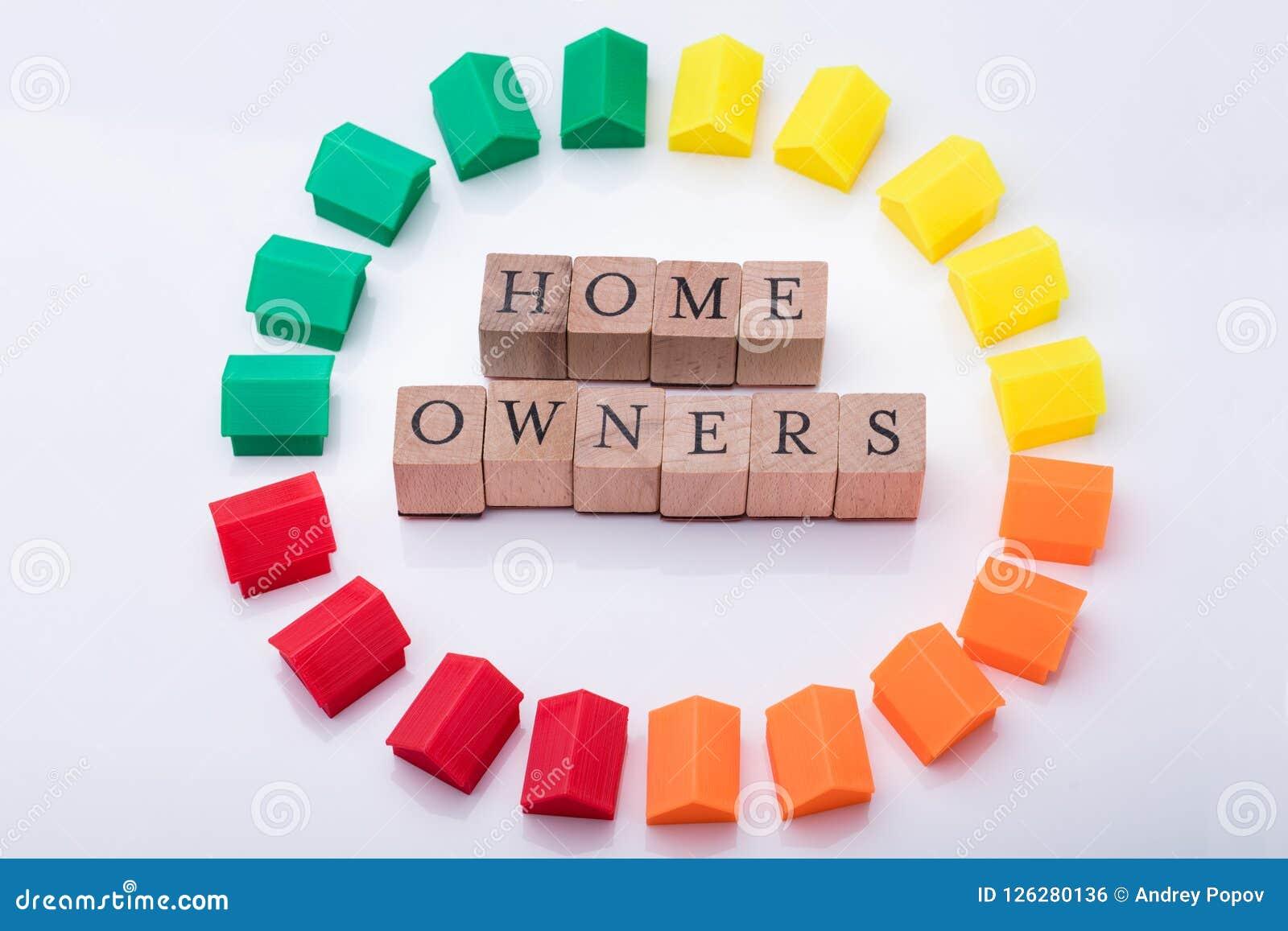 Блоки ассоциации домовладельца деревянные окруженные с моделями дома