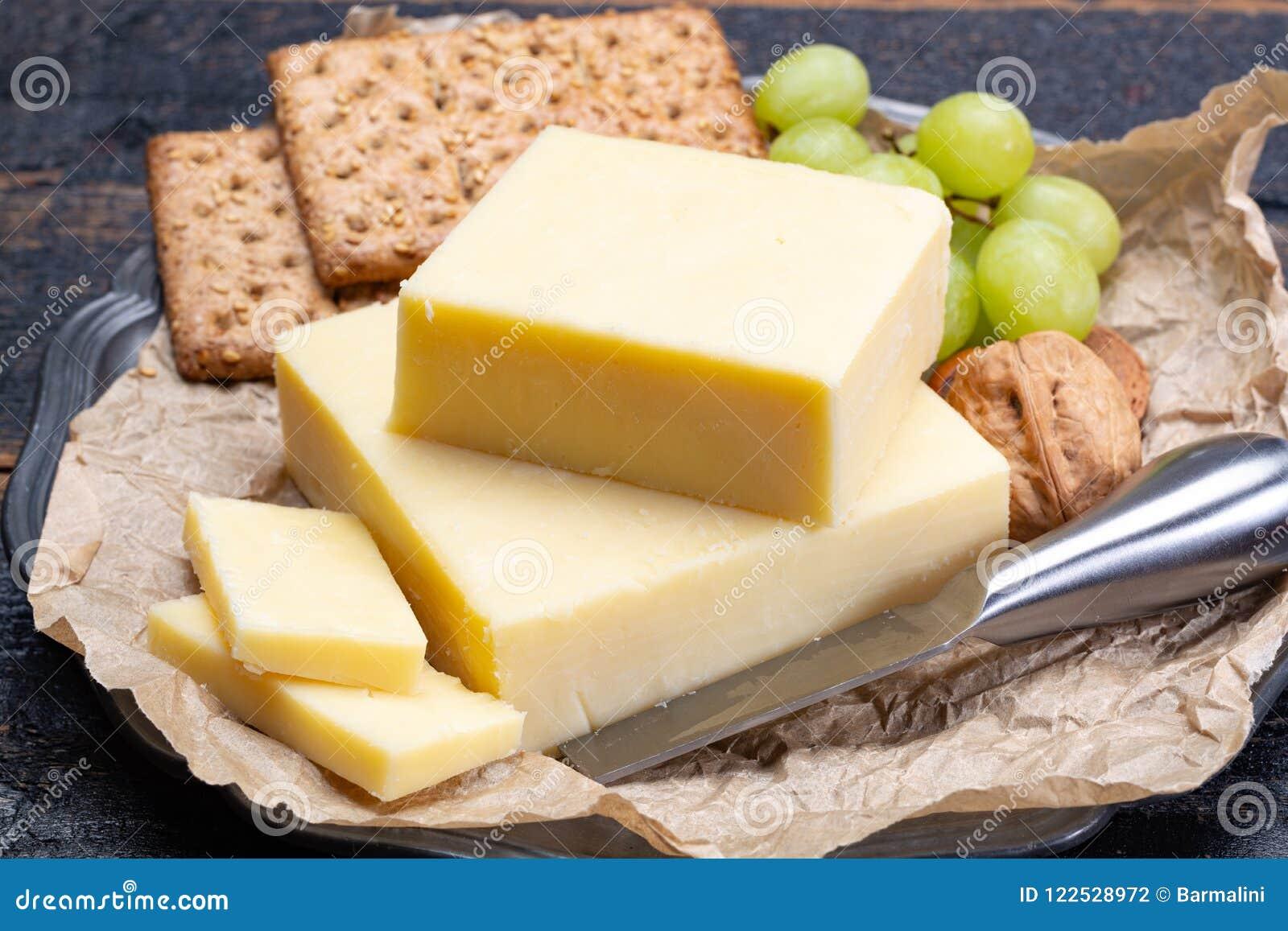 Блок постаретого сыра чеддера, самый популярный тип сыра внутри