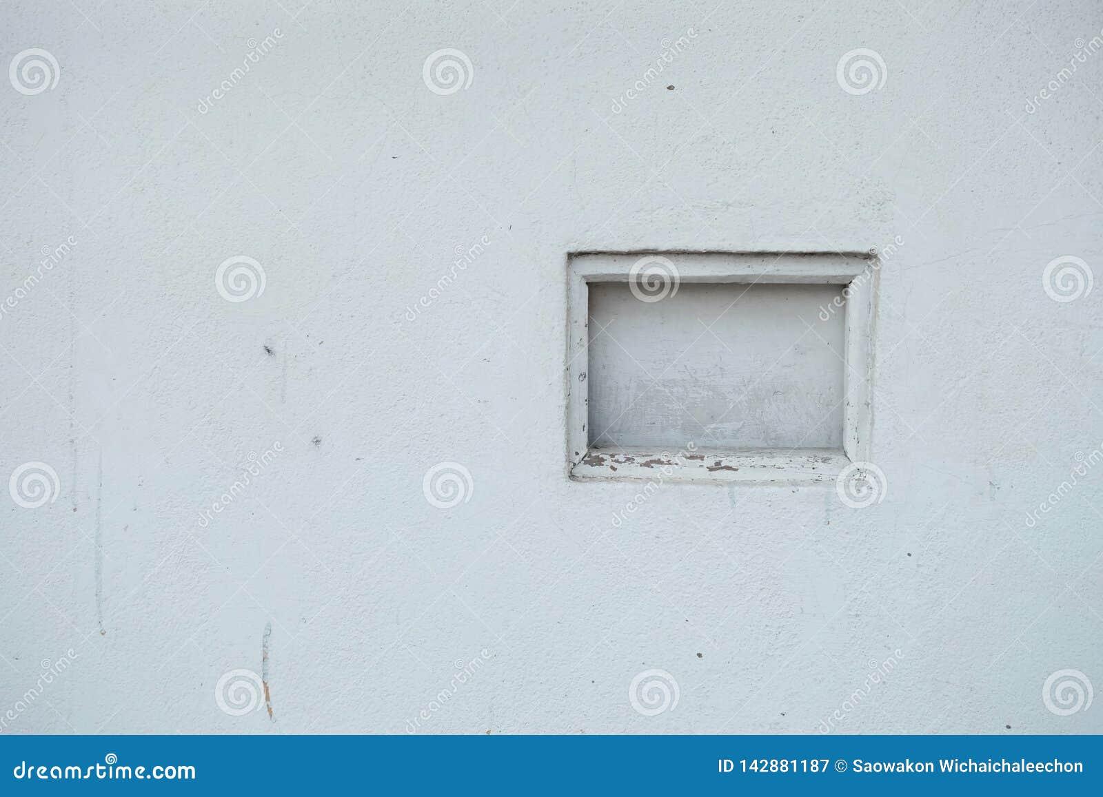 Блок решетки на старой белой стене в открытой площадке с космосом экземпляра