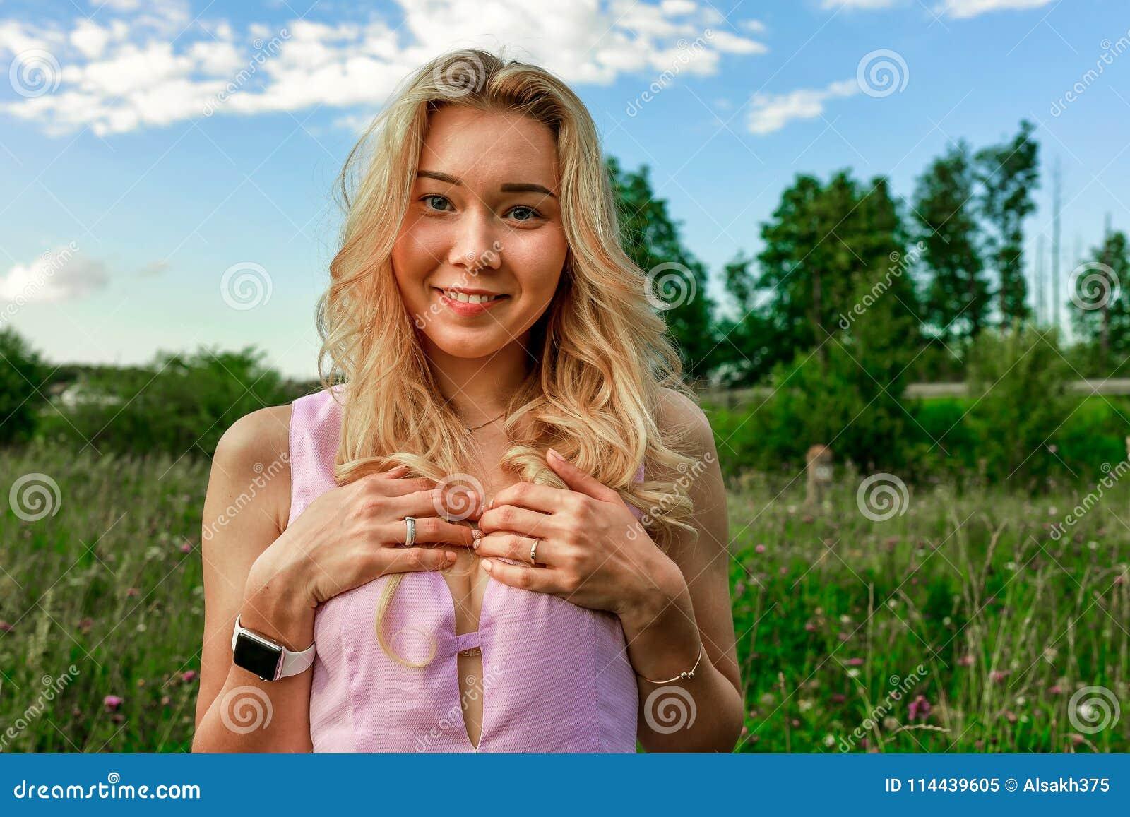 blondinki-na-prirode-odnovremenno-konchayut-i-v-rot-i-v-popu