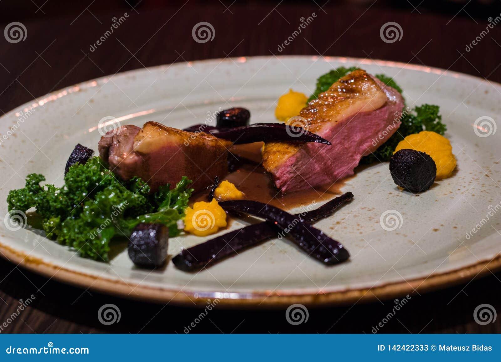 Блюдо на элегантной плите с wegetables