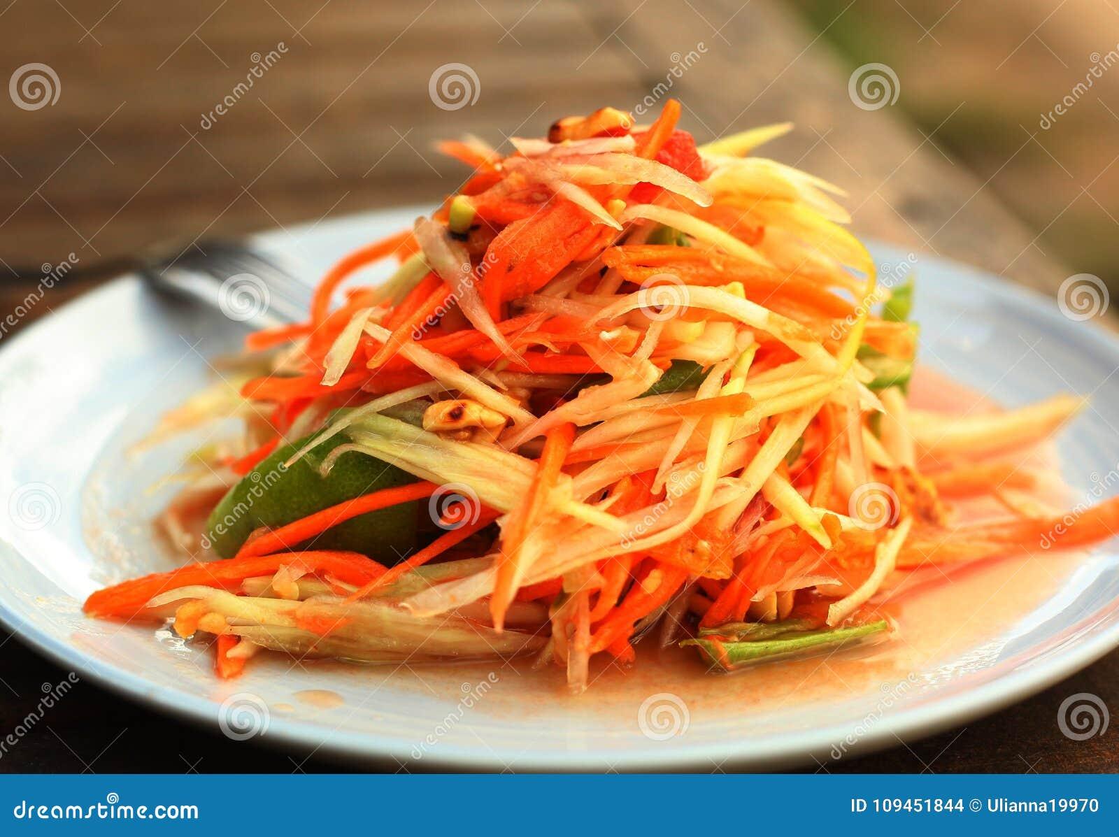Блюдо пряного салата папапайи традиционное тайское служило с вилкой