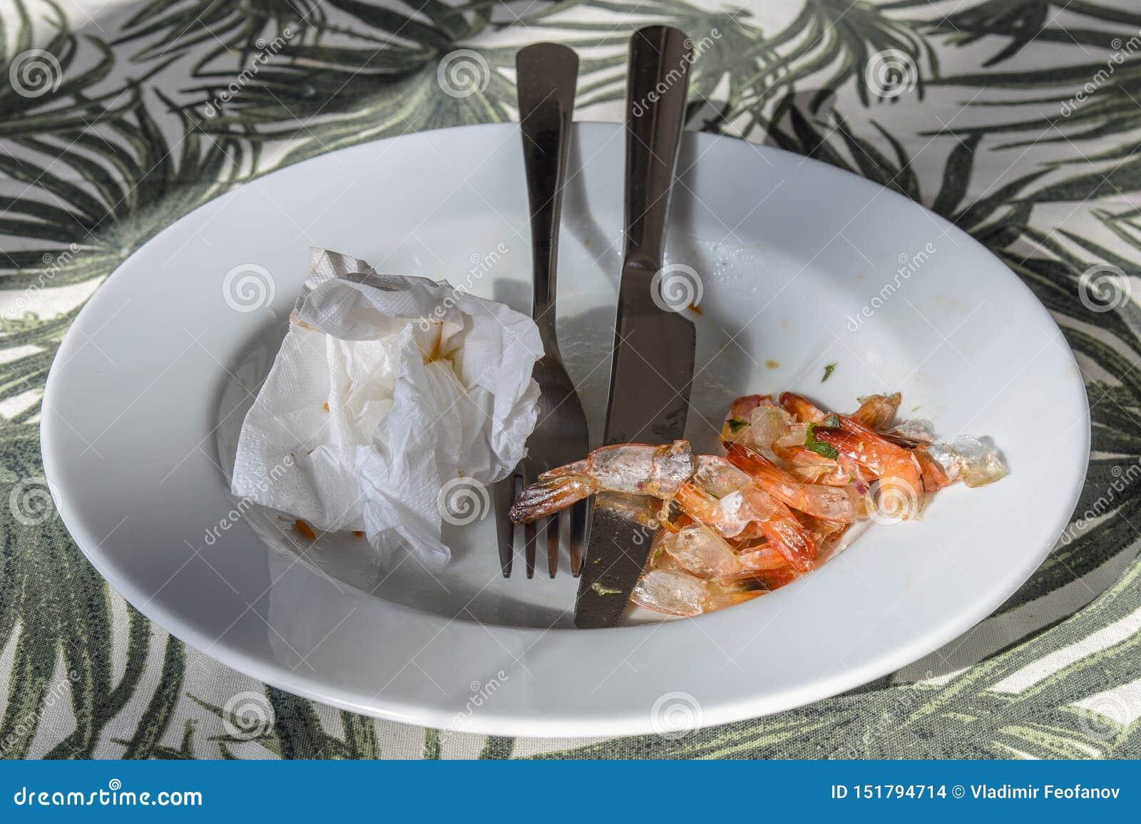 Блюдо с варя приборами и кабелями от креветки Очень вкусные морепродукты, отход
