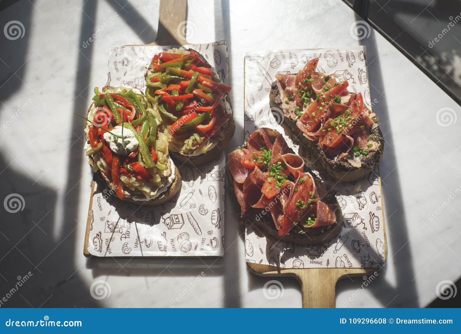 Богатое brusque ветчины служило съесть на обеде