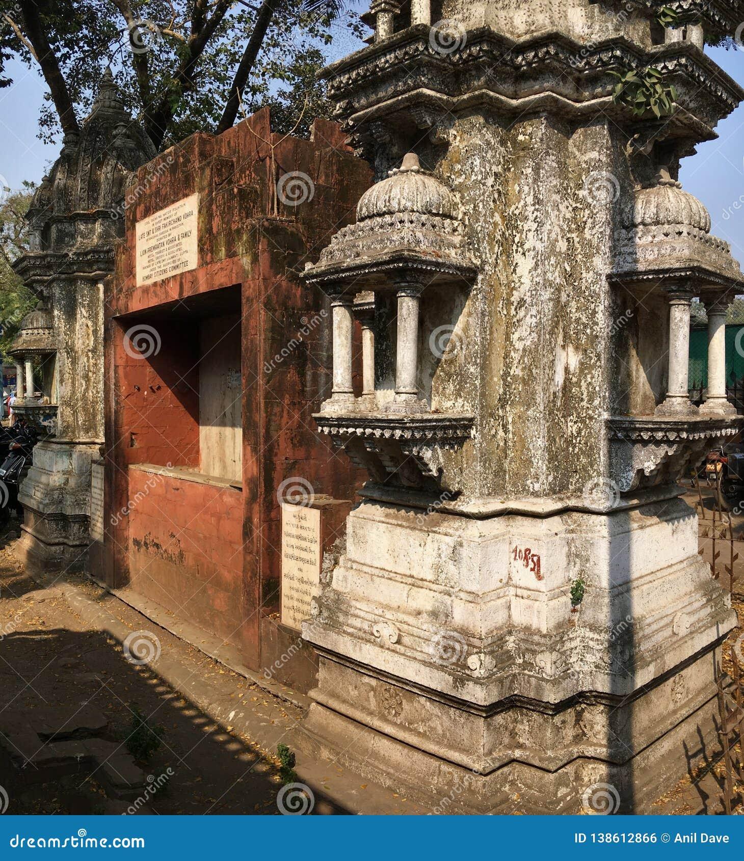 Богато украшенное Kothari Pyau было построено в 1913 как ринв воды для скотин и лошадей