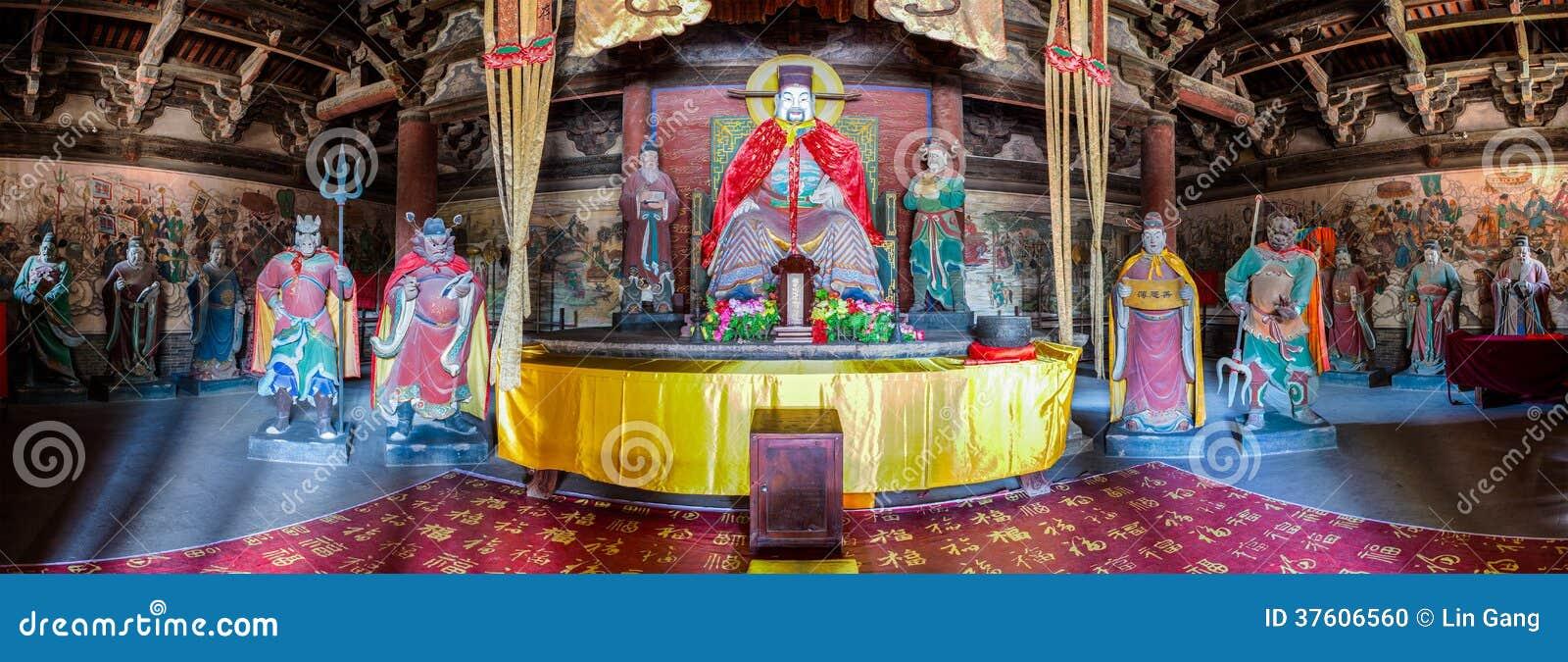 Бог города и его антураж покрасили скульптуры глины в виске бога города