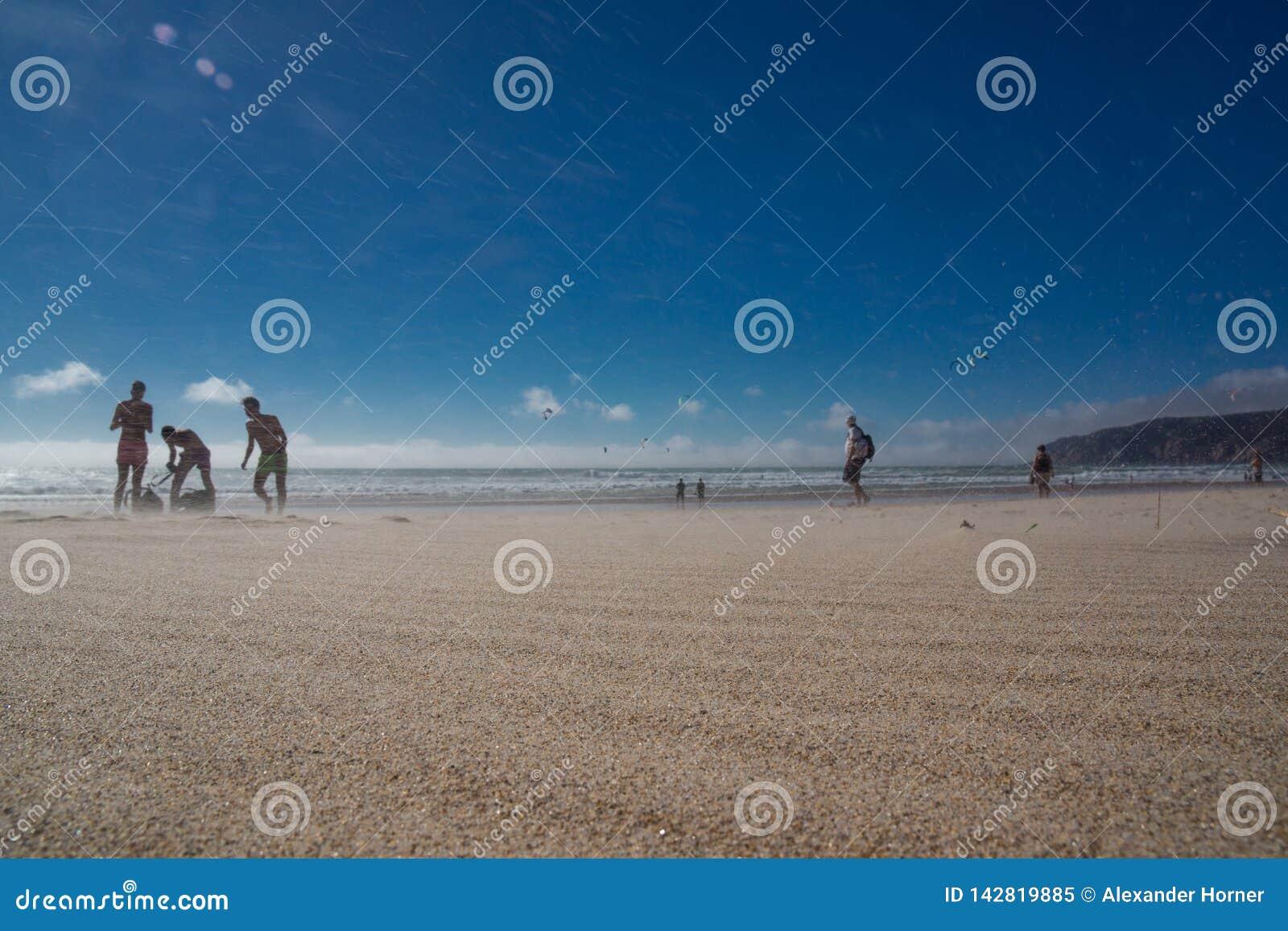 Бодрствование пляжа Guincho всходя на борт массивного ветра