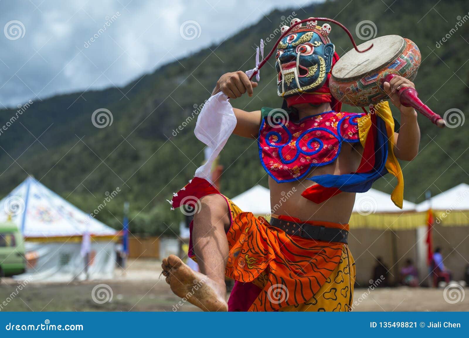 Божество протектора буддизма барабаня и танцуя, танец маски Cham, Бутан