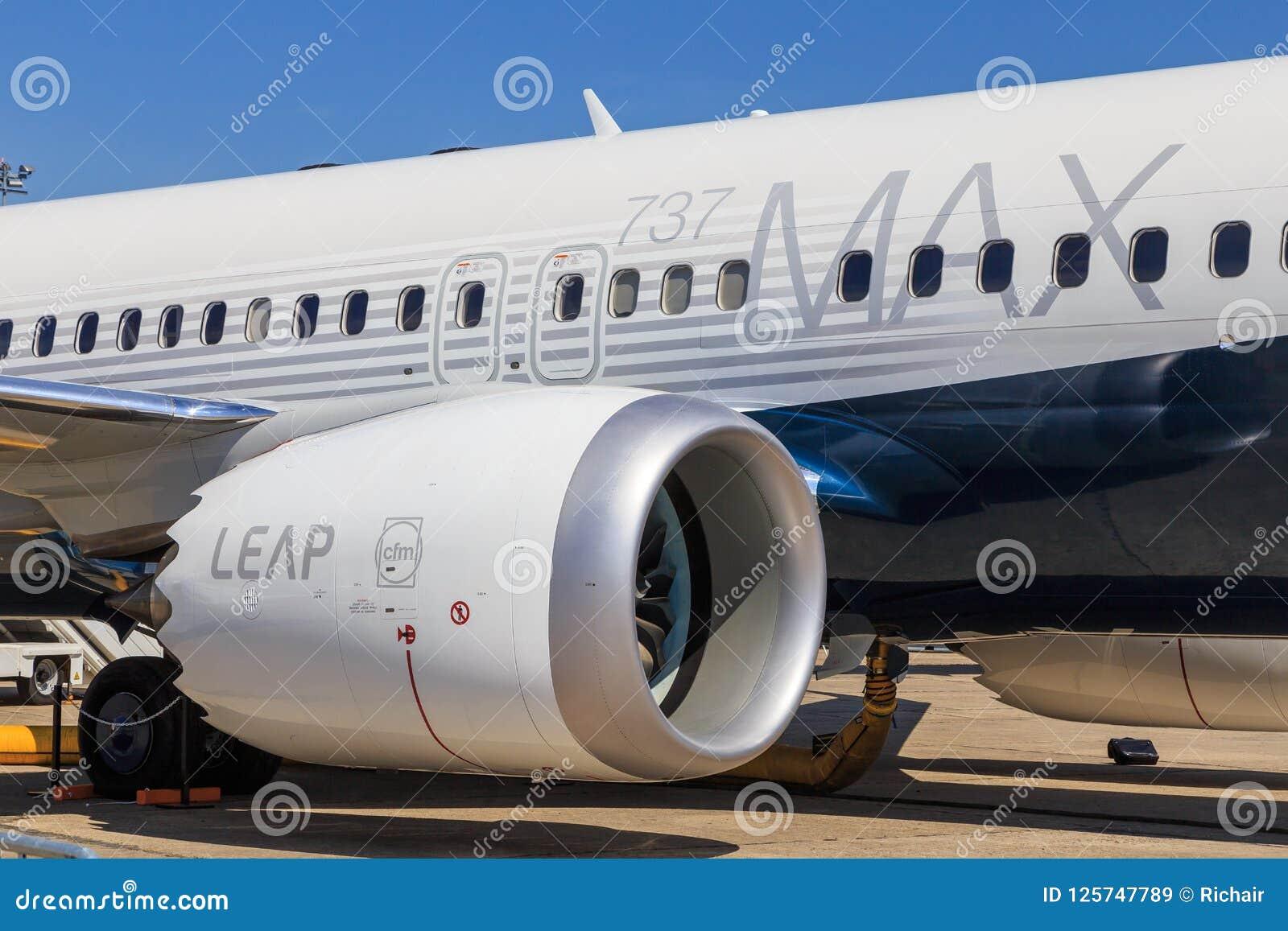 Боинг 737 МАКС с двигателем перескакивания