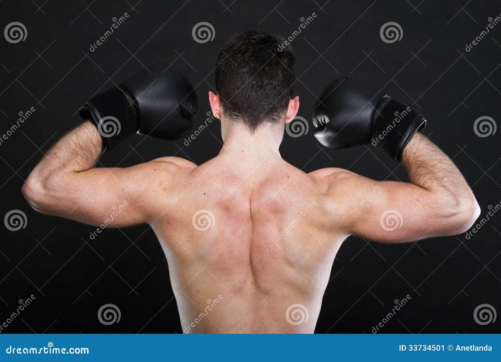 Боксер спортсмена портрета в предпосылке темноты студии