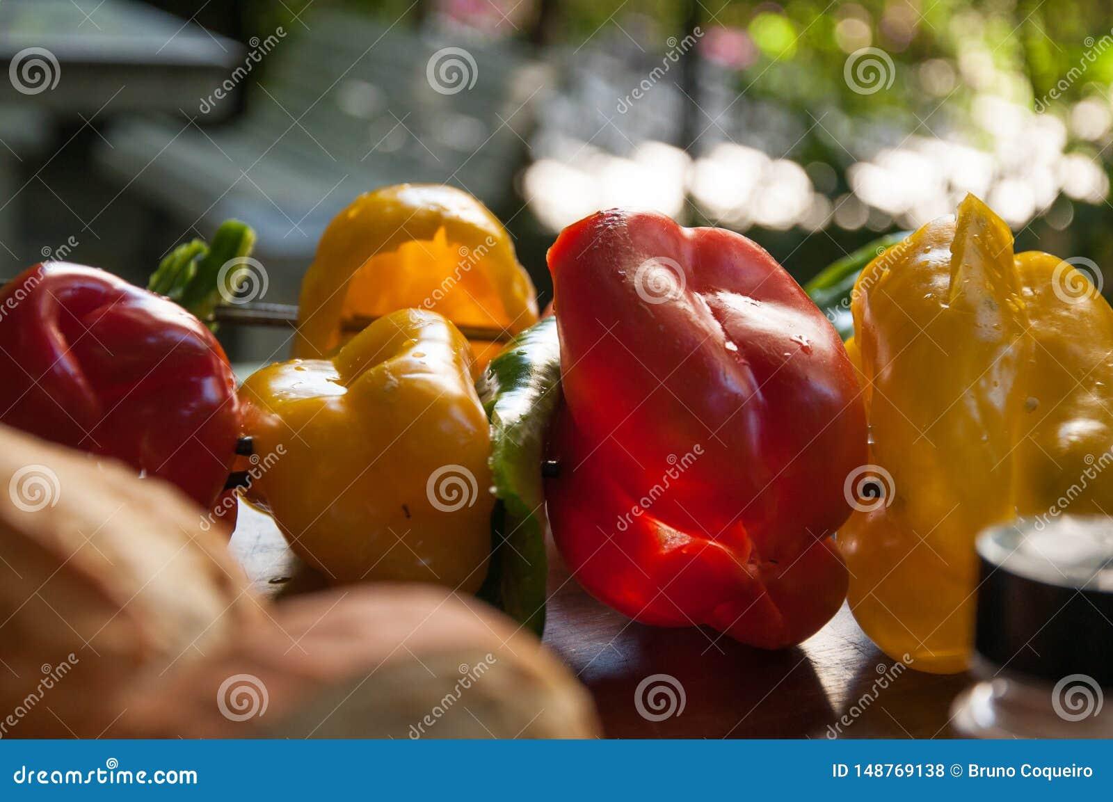 Болгарский перец, цукини и протыкальник свежих овощей