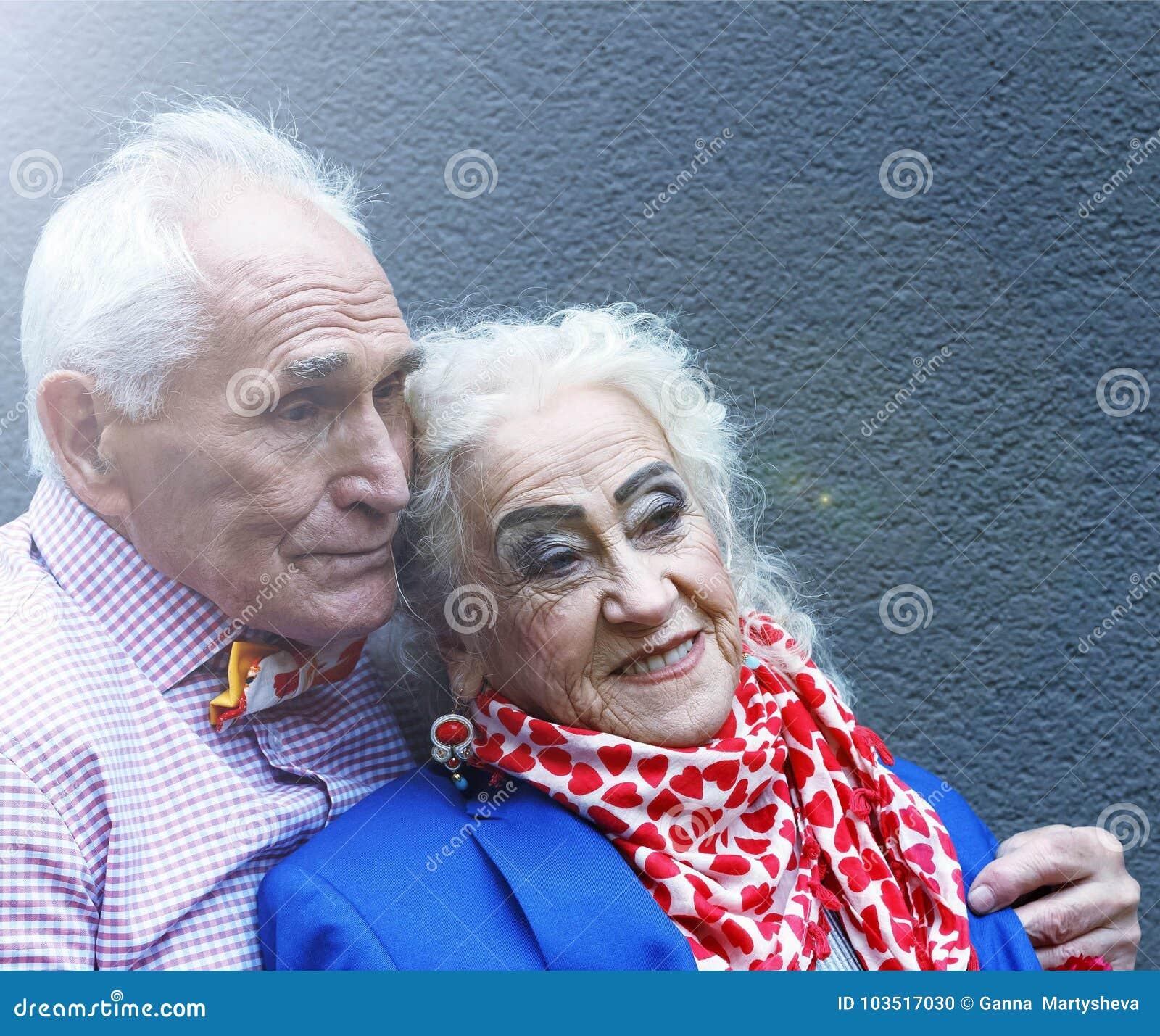 Более старые люди, пожененная пара в элегантных одеждах и праздничная модернизация Свадьба золота Концепция: годовщина, знакомец,