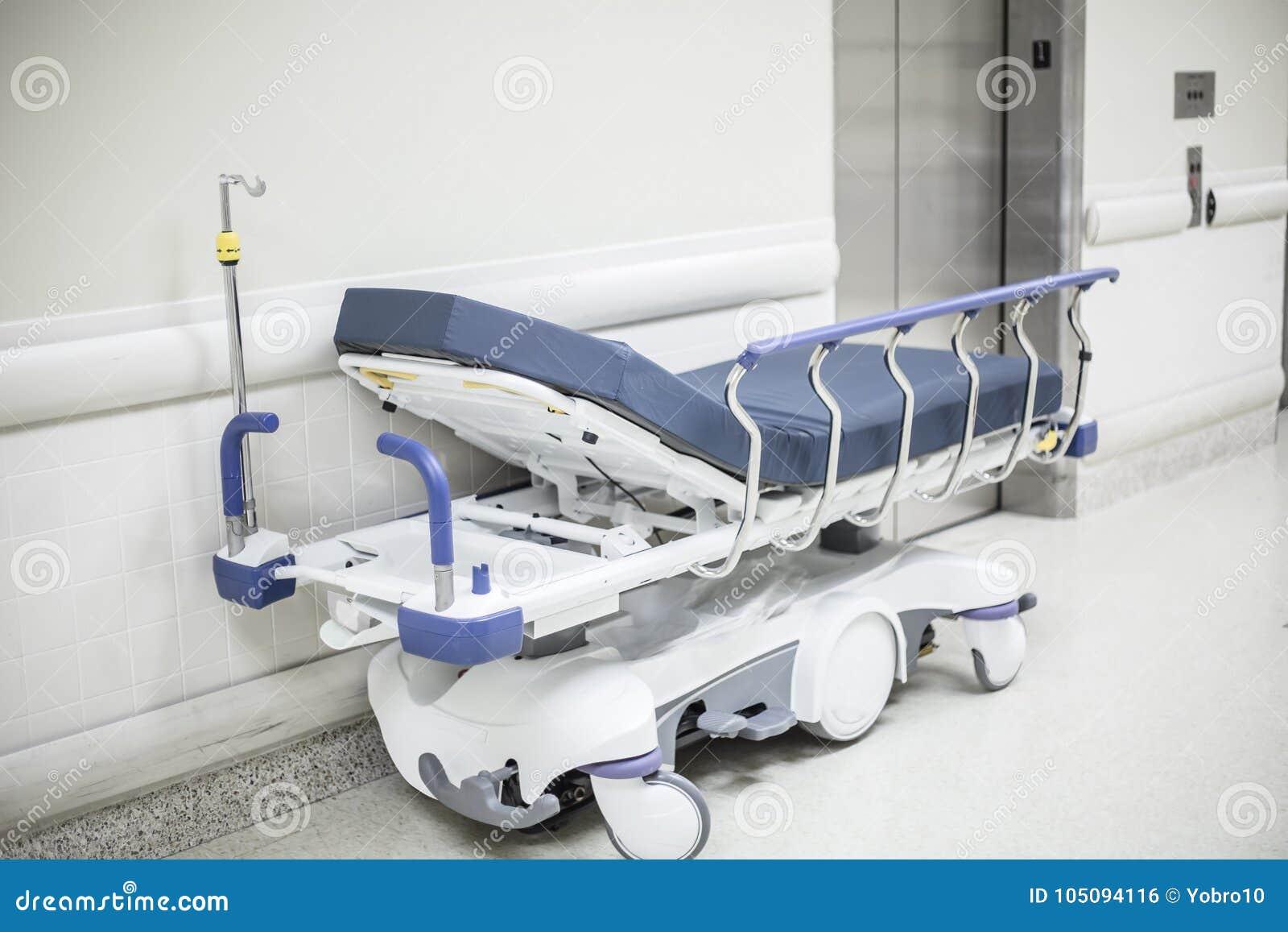 Больничная койка завальцовки в прихожей больницы