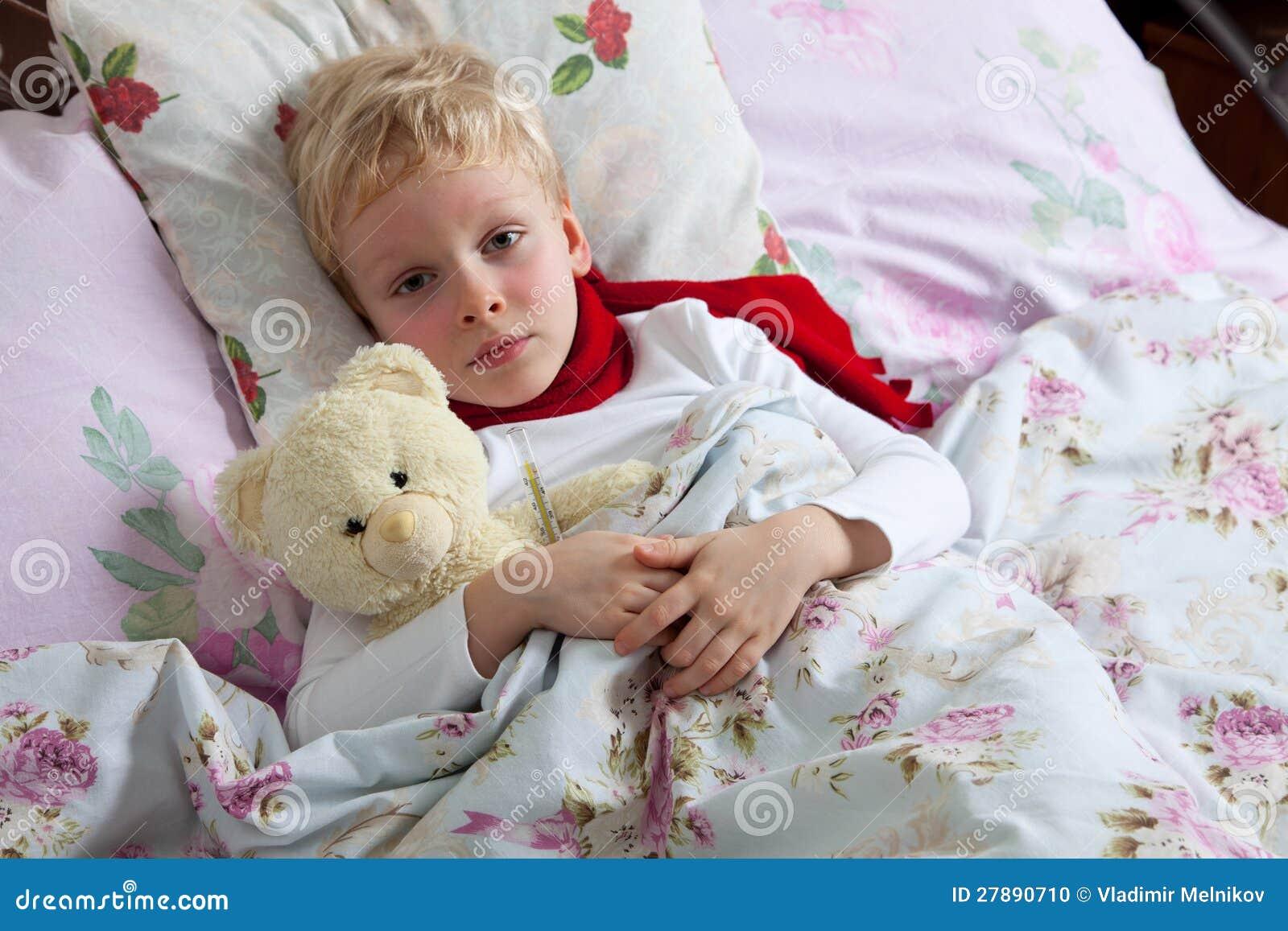 Мальчик лежит на кровати фото фото 170-702