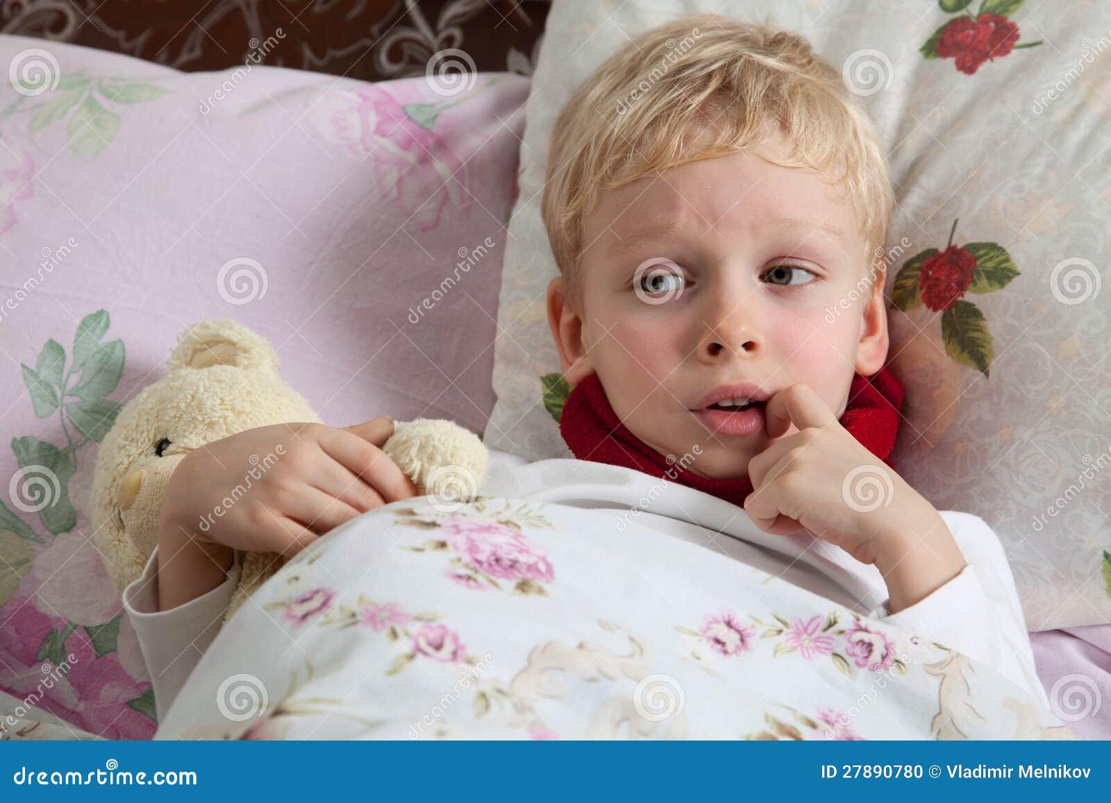 Мальчик лежит на кровати фото фото 170-440
