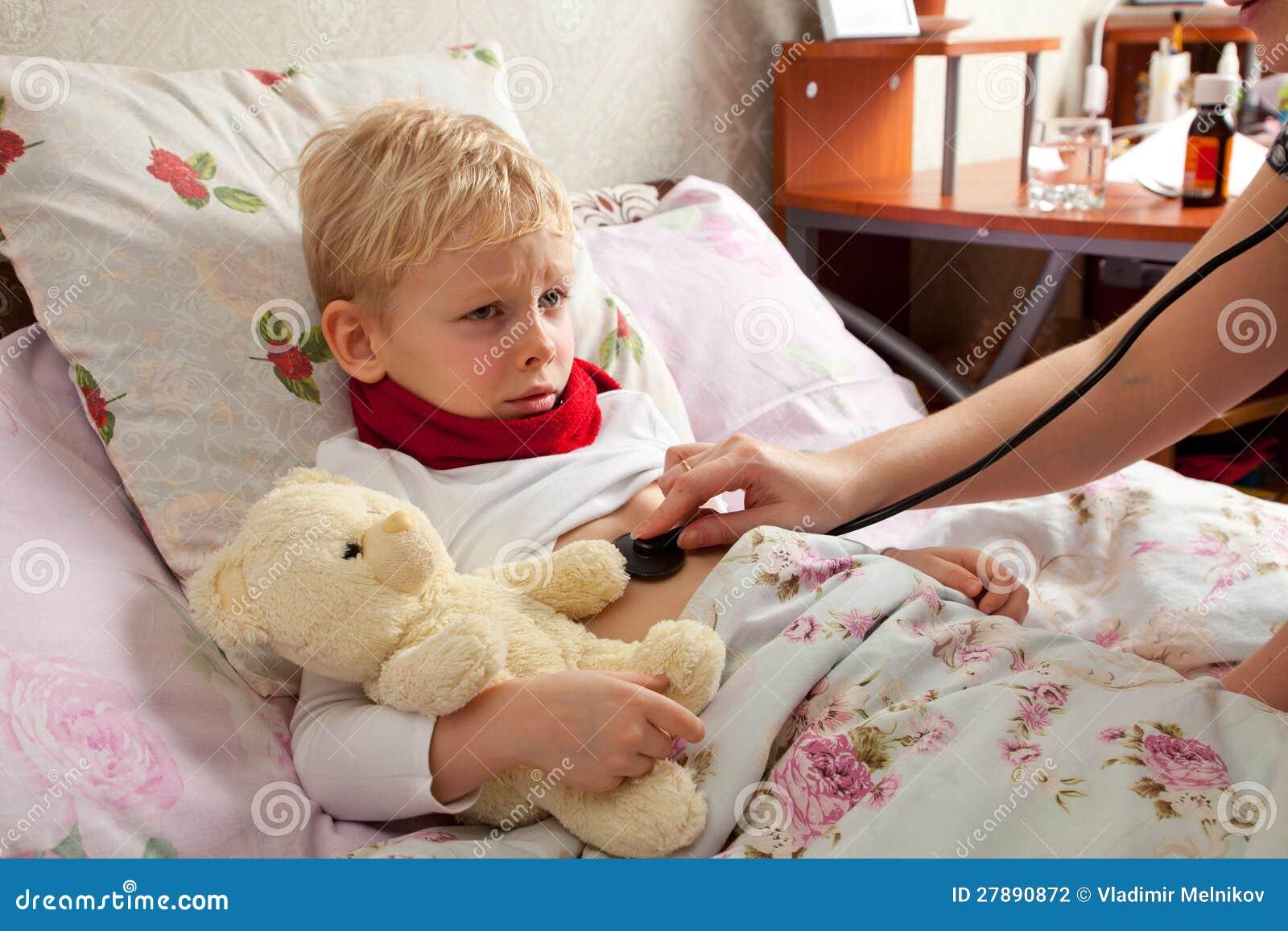 Мальчик лежит на кровати фото фото 170-916
