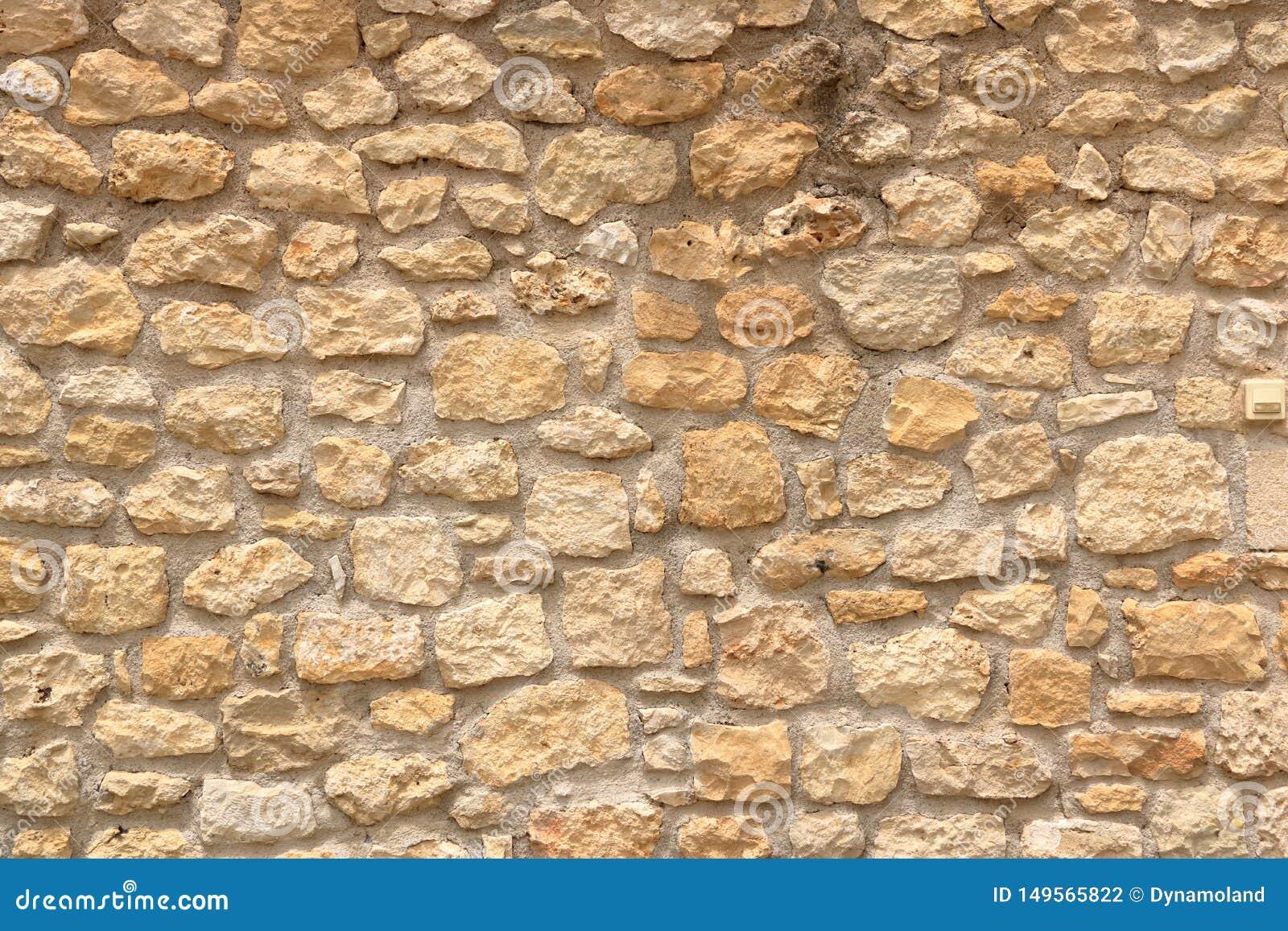 Большая желтая стена от каменных кирпичей