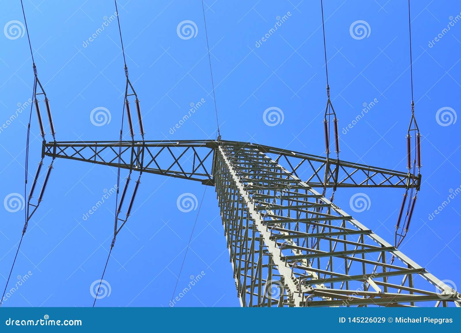 Большая опора силы транспортируя электричество в области сельской ме