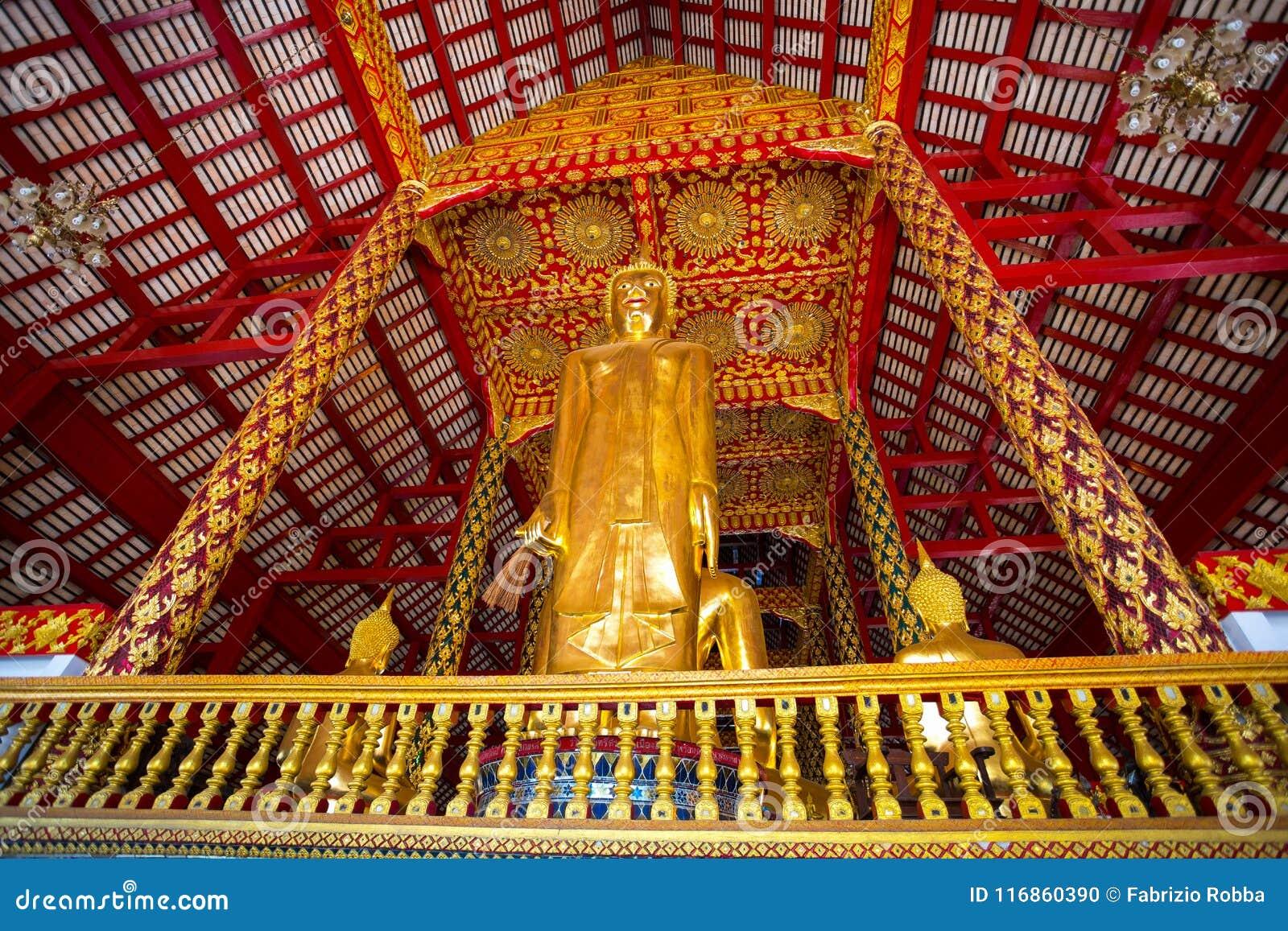 Большая статуя Будды в виске Wat Suan Dok, Чиангмае, Таиланде