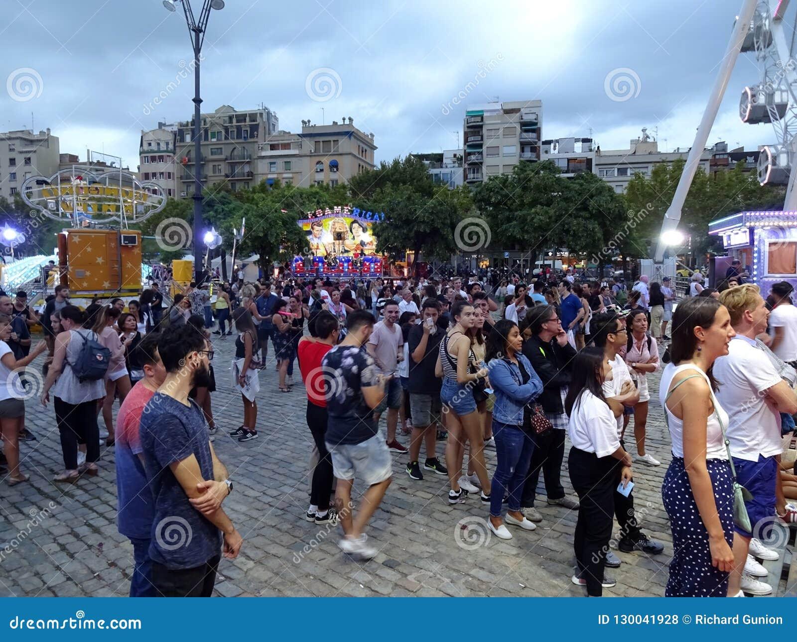 Большая толпа на езде парка атракционов в Барселоне Испании