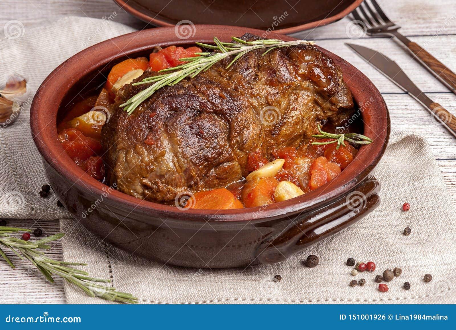 Большая часть мяса испеченная с овощами